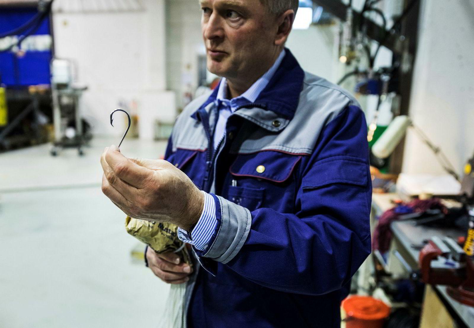 Mustad Autoline er storkjøper av fiskekroker fra fabrikken Mustad-familien tidligere eide. – Vi kjøper inn mellom 15 og 20 millioner enheter per år, sier Anders Frisinger, daglig leder i Mustad Autoline.