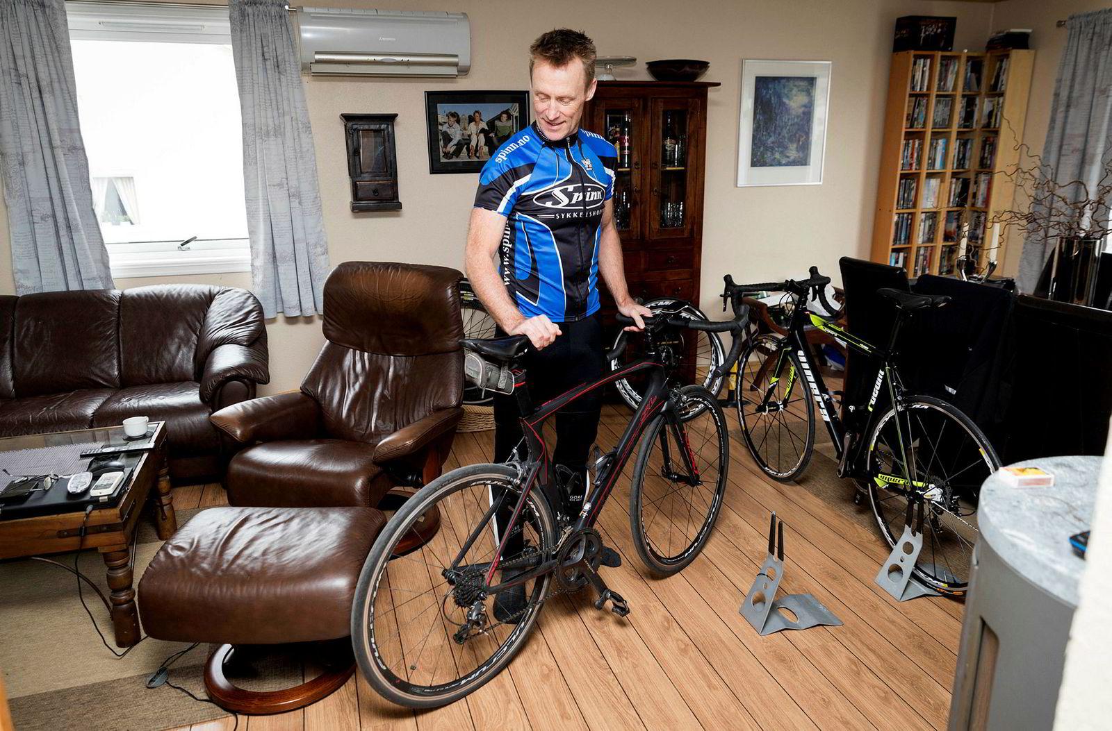 Johnny Stausholm har blitt sykkelfrelst etter at han først lånte sin sønns sykkel i 2008, noe som ble starten på en langvarig opptrening. Hjemme i stuen står flere sykler.