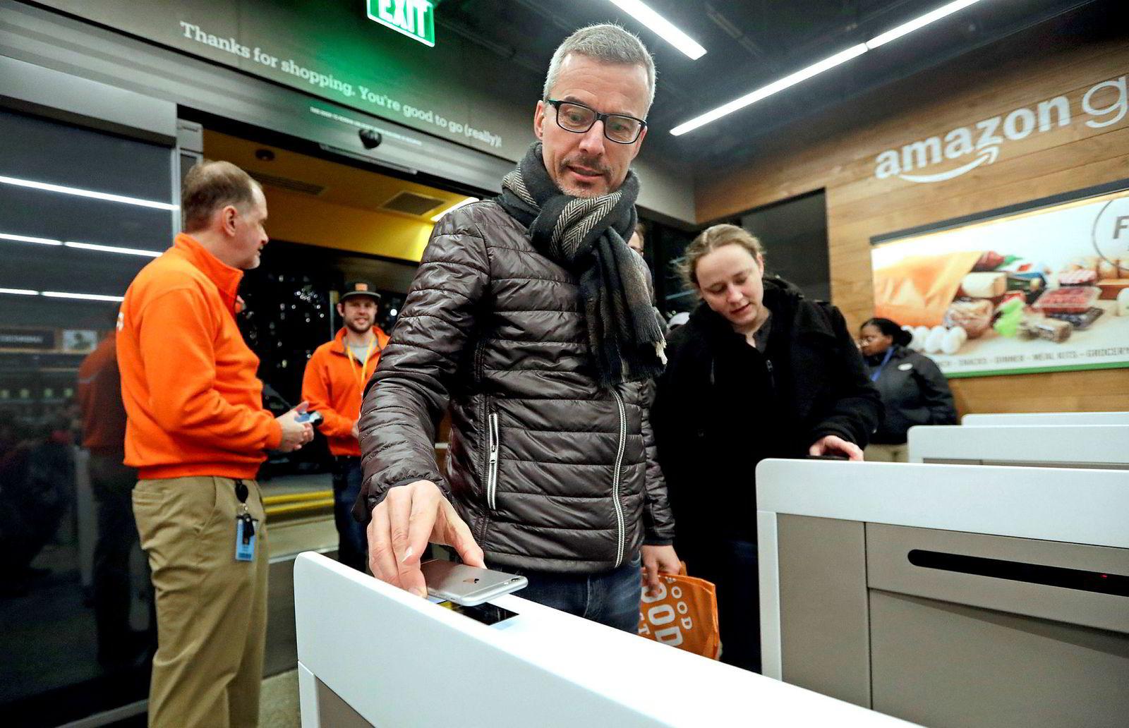Kundene på Amazon Go registrerer seg med mobilen, plukker varer og forsvinner ut av butikken. Her fra en butikkåpning i Seattle tidligere i år.