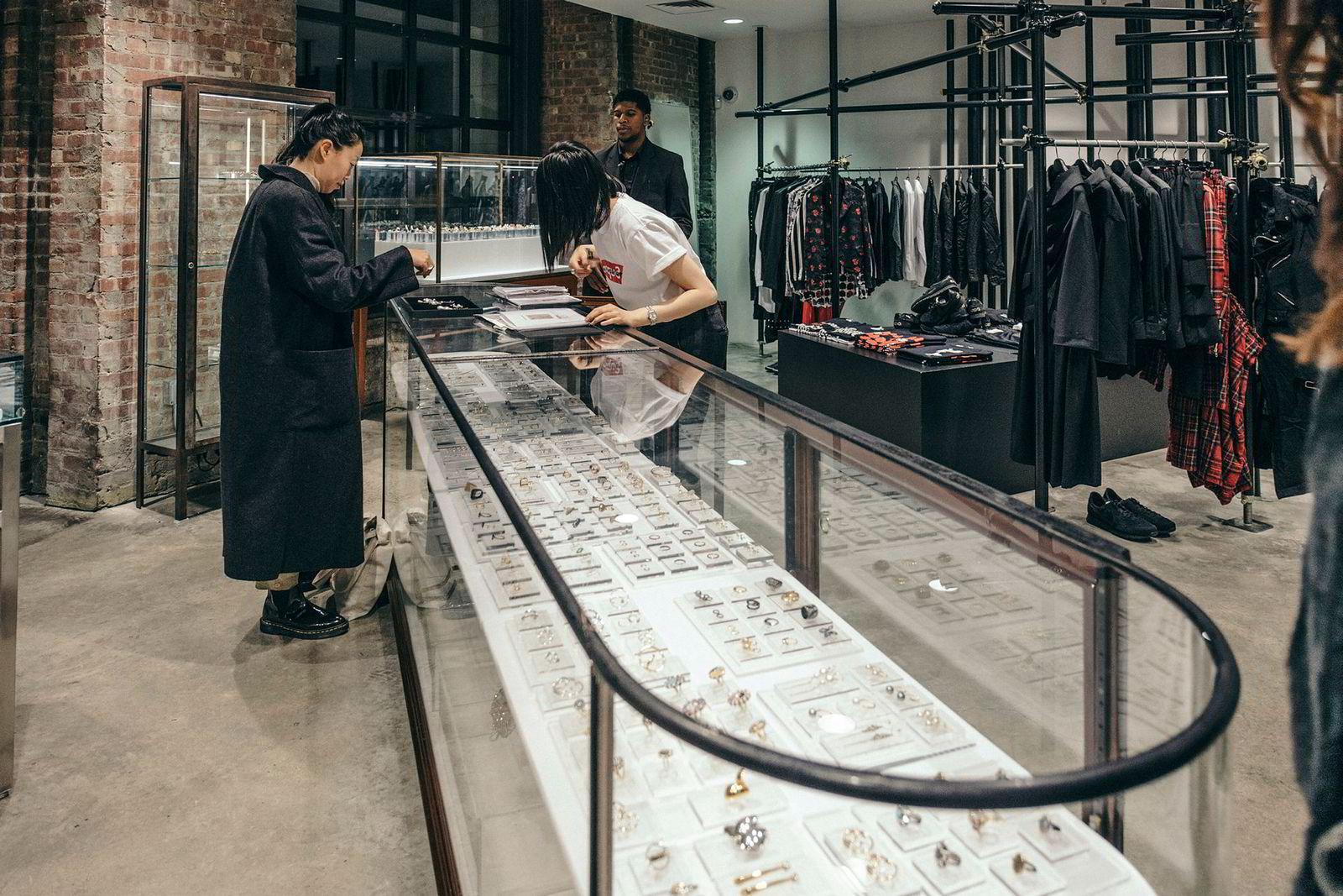 Tom Wood vil inn i de aller kuleste butikkene og takker nei til sjiktet under, men jublet da smykkene ble tatt inn av Dover Street Market, her fra Midtown Manhattan.