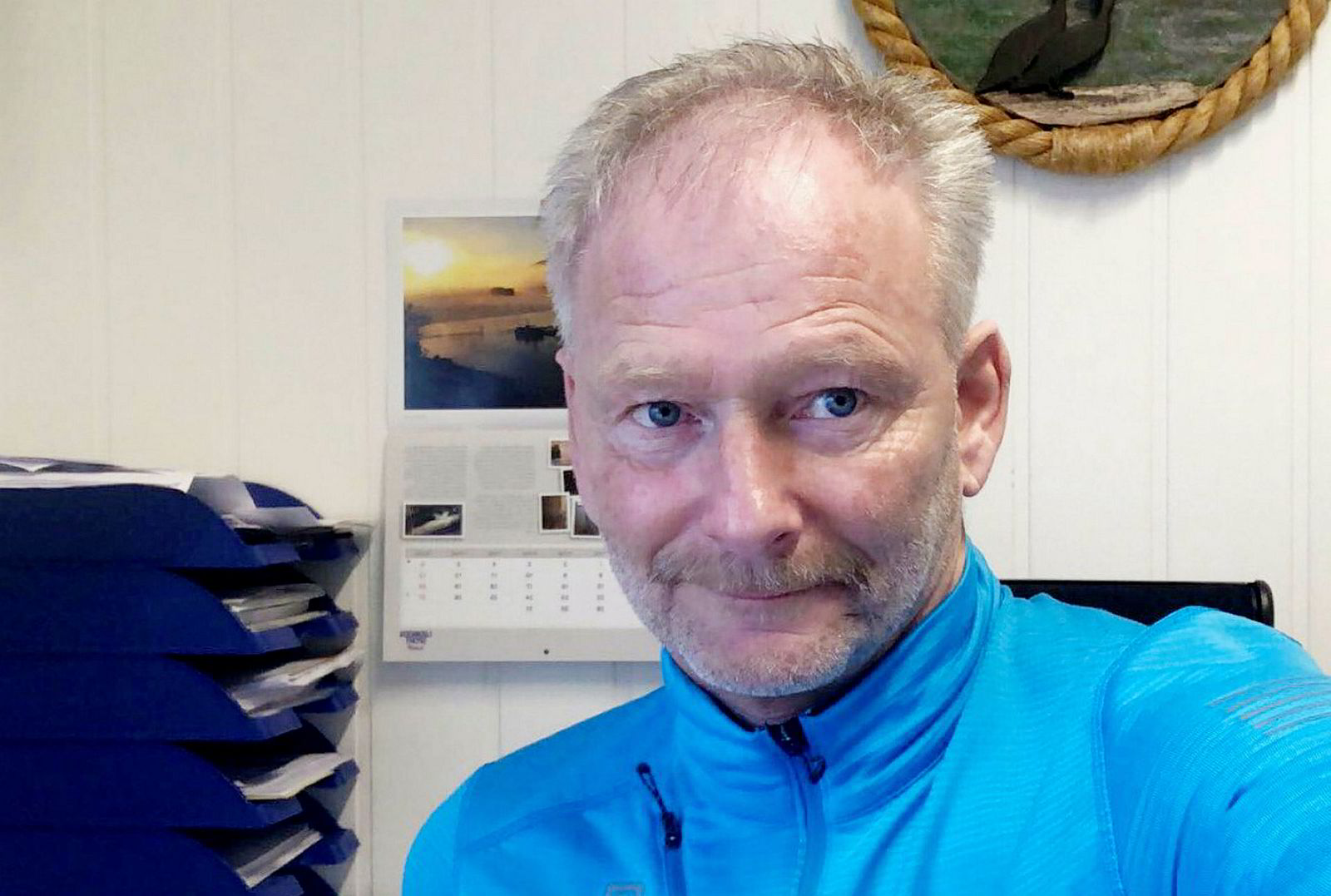Daglig leder Tom Jarle Bjørkly i Mortenlaks i Lødingen kan ha tapt en hel årsinntekt på grunn av algedøden.
