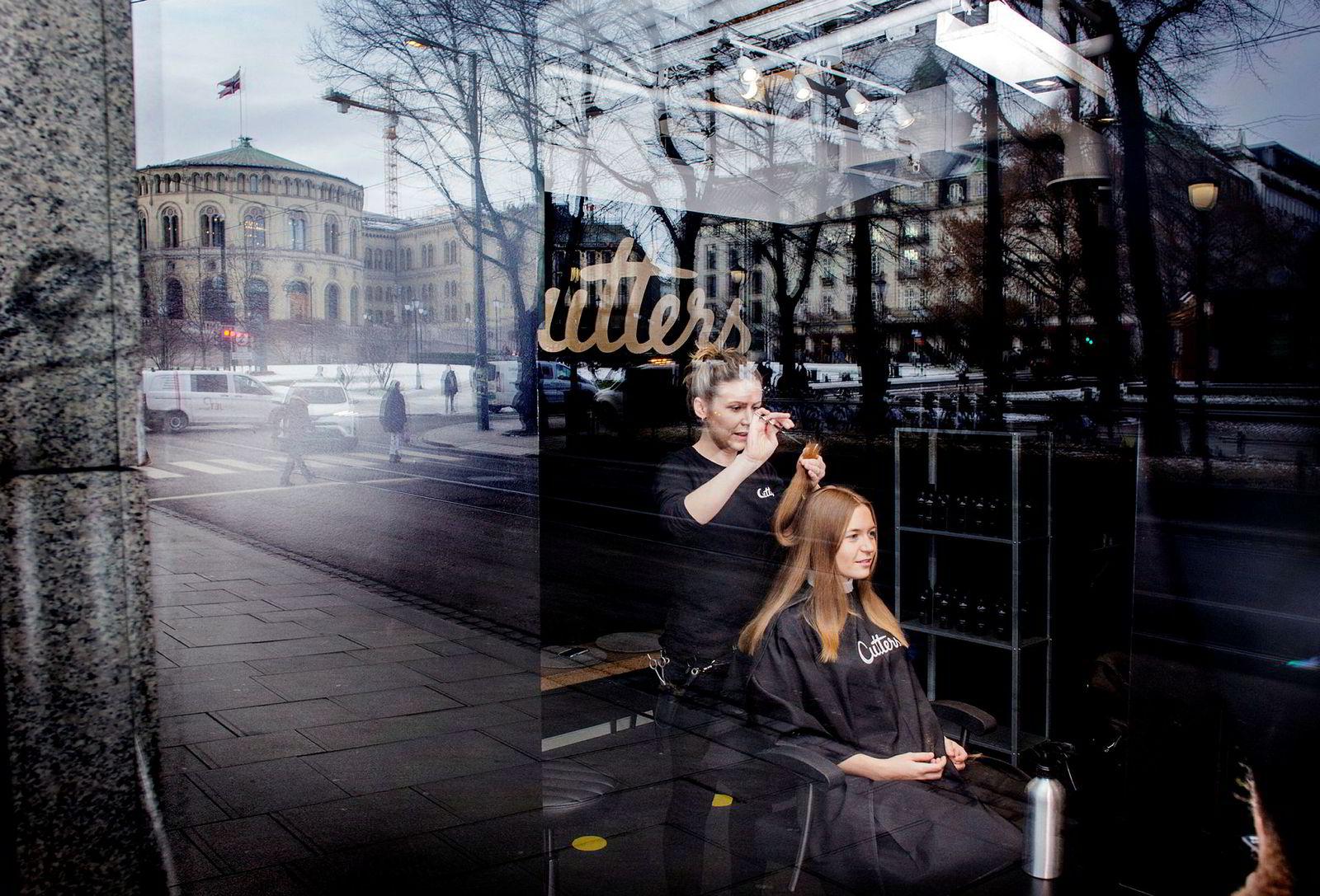 Gründerbedriften Cutters er blant annet blitt angrepet av den etablerte frisørbransjen for ikke å ivareta hygienen når kundene ikke får vasket håret. Høyre-politiker Mathilde Tybring-Gjedde har forsvart gründerbedriften. Her får hun klipp av Liv Martem Midttun hos Cutters i Stortingsgata i Oslo i 2017.