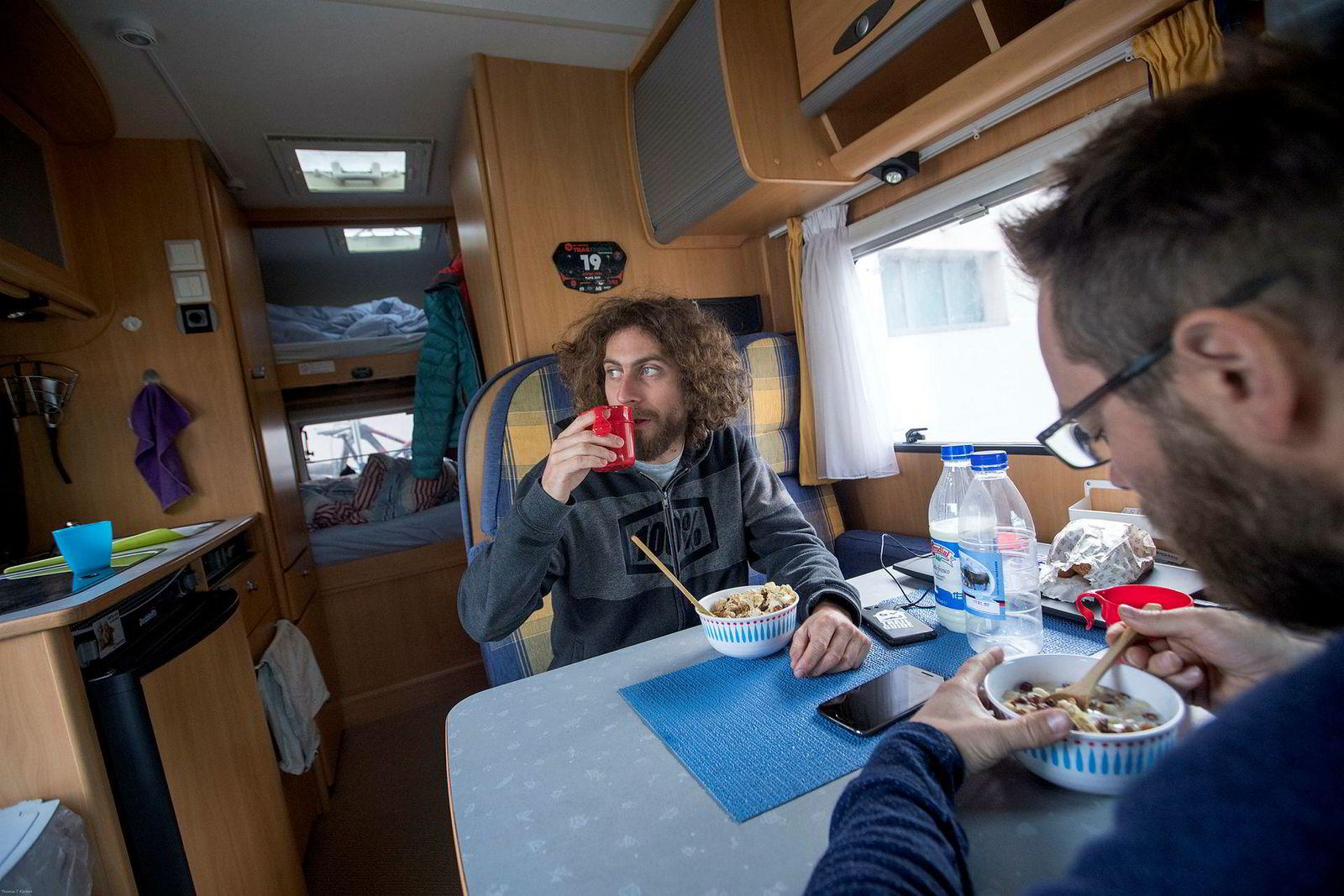 Peter Seidl er ansatt i Trailguide og brukte forrige sommer på å reise Europa rundt i bobil. Her spiser han frokost sammen med grunder Bjørn Jarle Kvande.