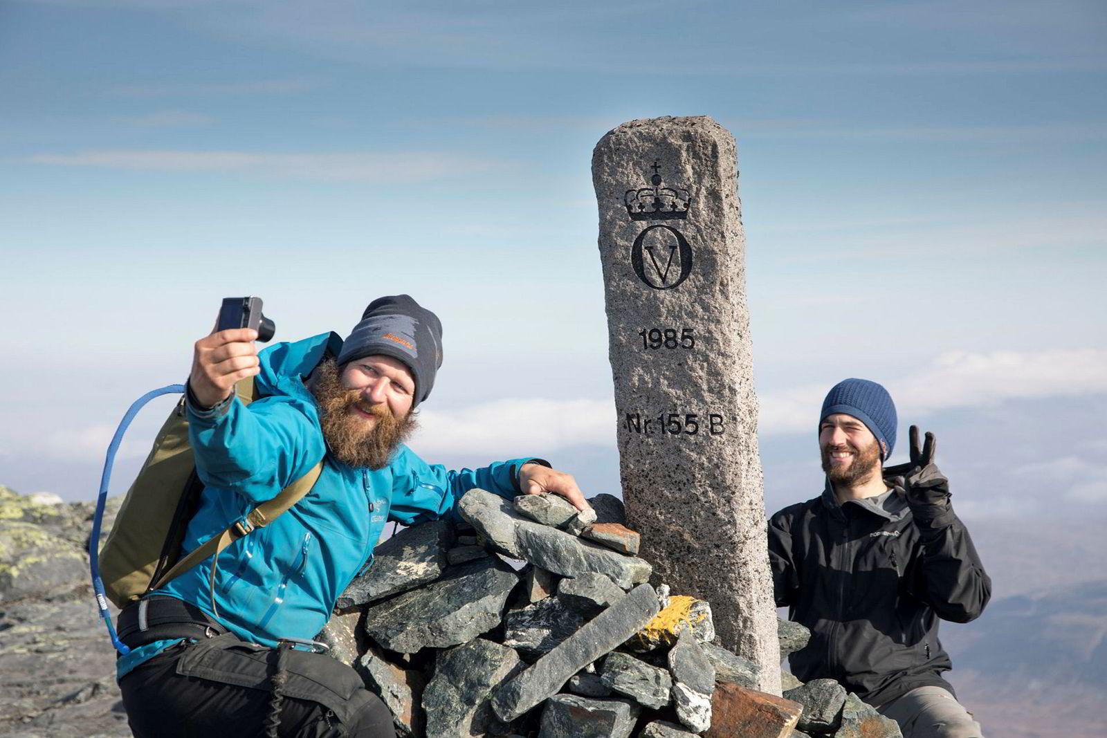 Anders Helstrup dokumenterer til turbloggen «Eventyri». Der legger også den fotointeresserte kompisen Jan Arne Janssen ut bilder og videoer. Foto og videoutstyr til 100.000 kroner er med på turen.