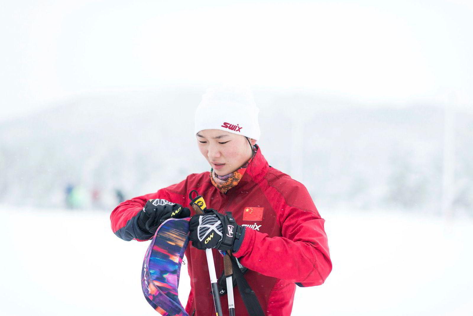 Chen Junhan (18) har som mål å kvalifisere seg til OL i 2022. Etter en time tar hun et par slurker og legger i vei igjen.