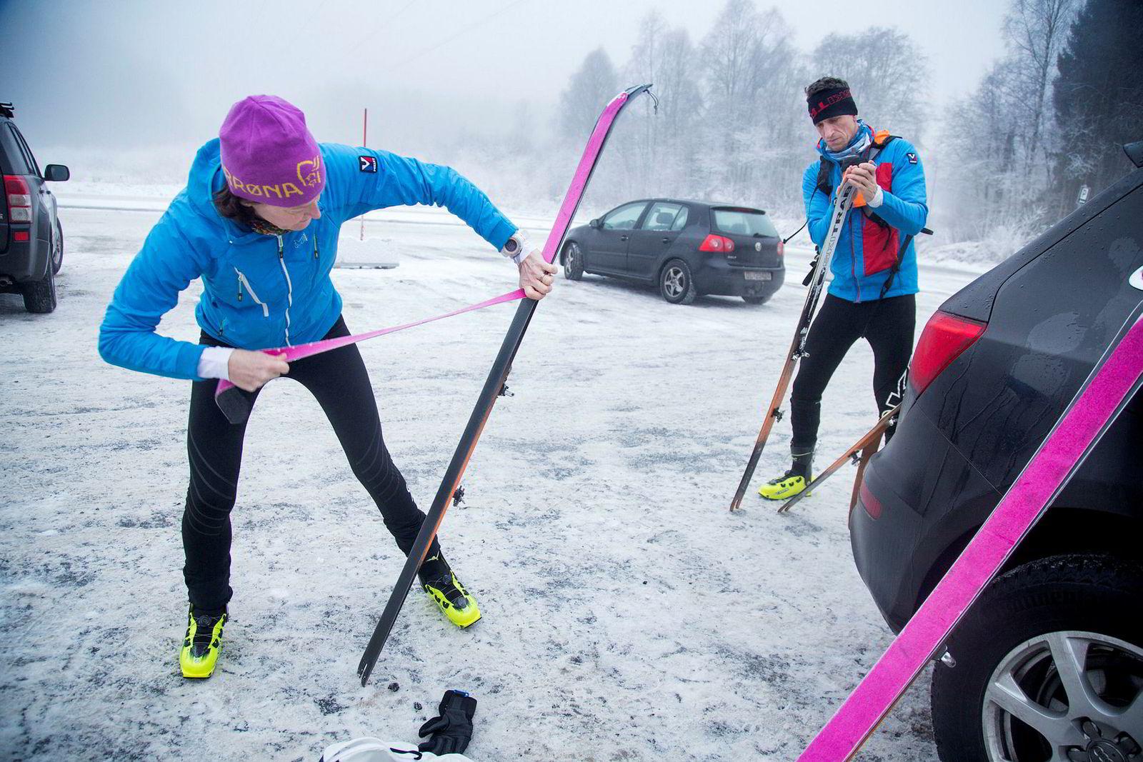 Kristin og Kjetil Landmark fester feller på sine lette randoneski før treningsøkten starter.