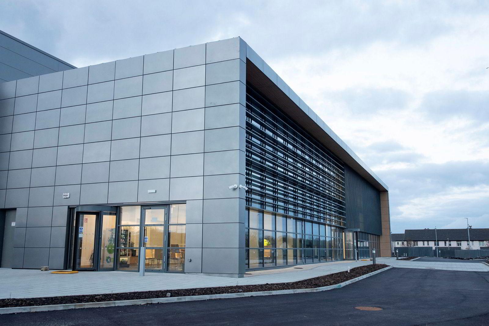 Her er den nye fabrikken til 800 millioner kroner på landsbygda i Irland som får store konsekvenser for norsk melkeprodusenter.