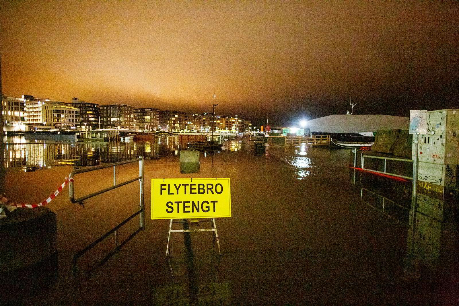 Flytebroen fra sentrum over til Sørenga var stengt på grunn av stormflo.