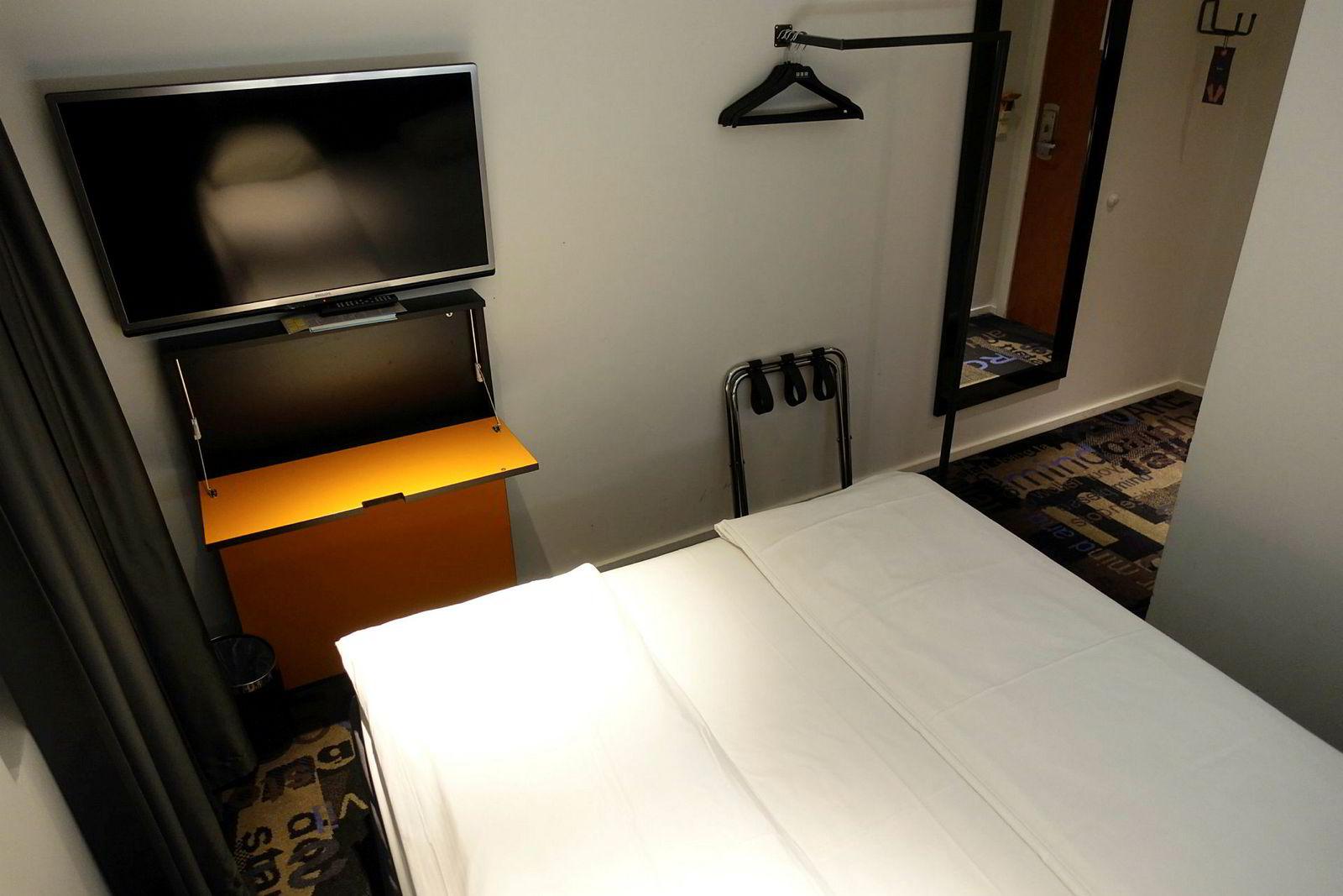 Svært enkelt rom uten noe ekstra- og man må sitte på sengekanten om man vil jobbe på det nedfellbare skrivebordet.