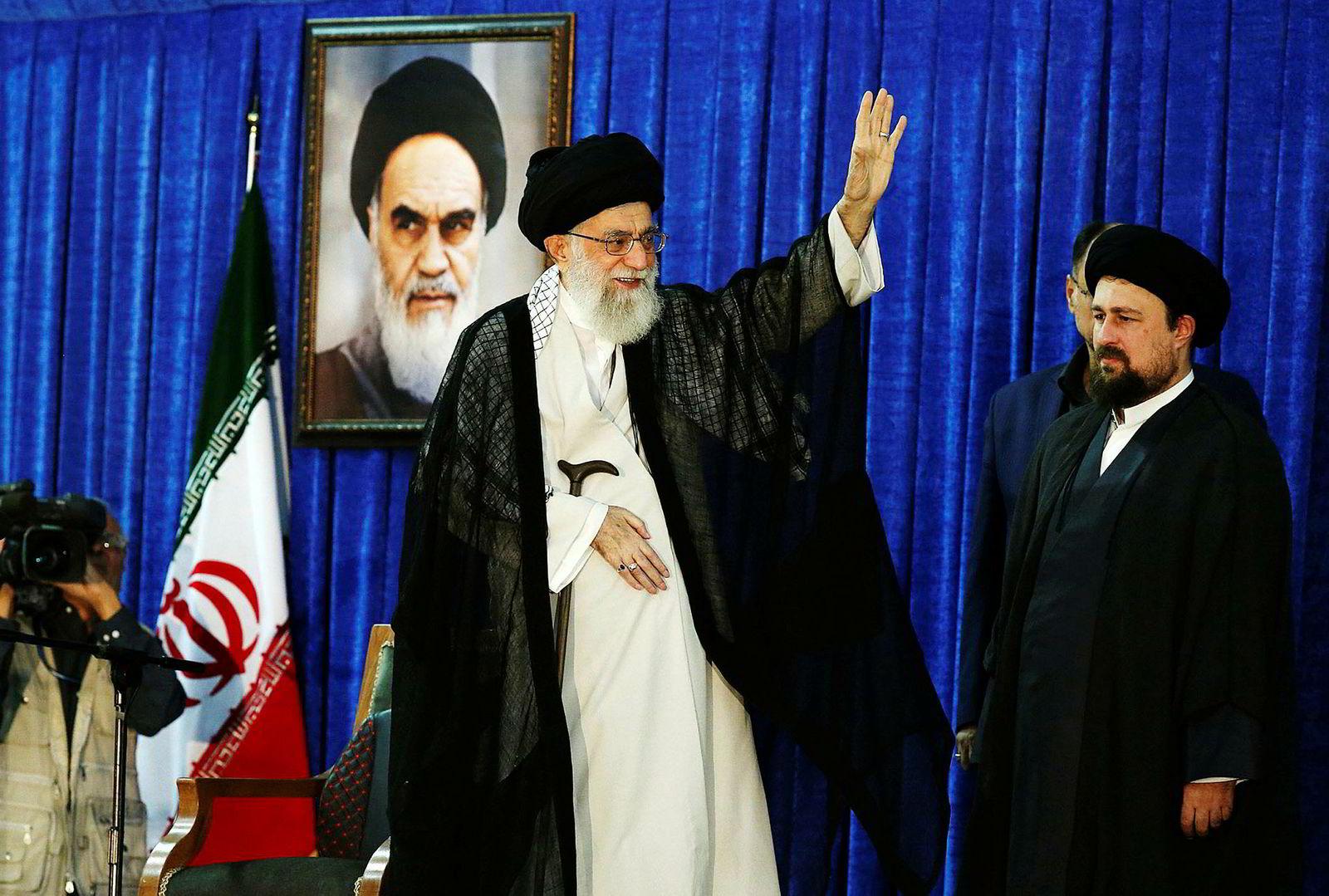 Irans øverste leder, ayatollah Ali Khamenei, anklager Irans fiender for å stå bak opptøyene som startet torsdag forrige uke. Her sammen med Hassan Khomeini (til høyre), barnebarnet til grunnleggeren av den islamske republikken Iran.