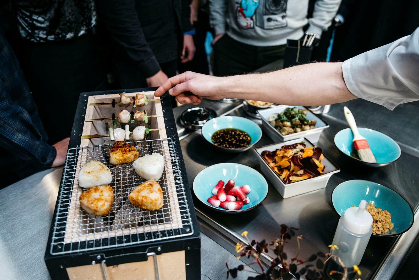 Mandag blir det japanske småretter i Braathen-«kantinen» i Haakon VII gate 2. Maten lages blant annet på yakitorigrillen til venstre i bildet.