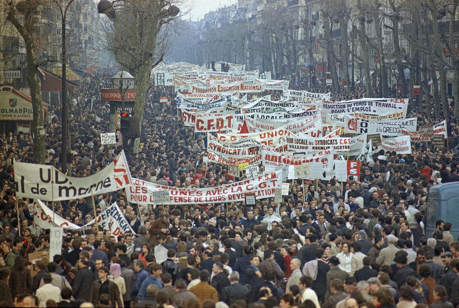 En massedemonstrasjon under generalstreiken. Studenter og arbeidere tar til gatene i Paris den 13. mai.