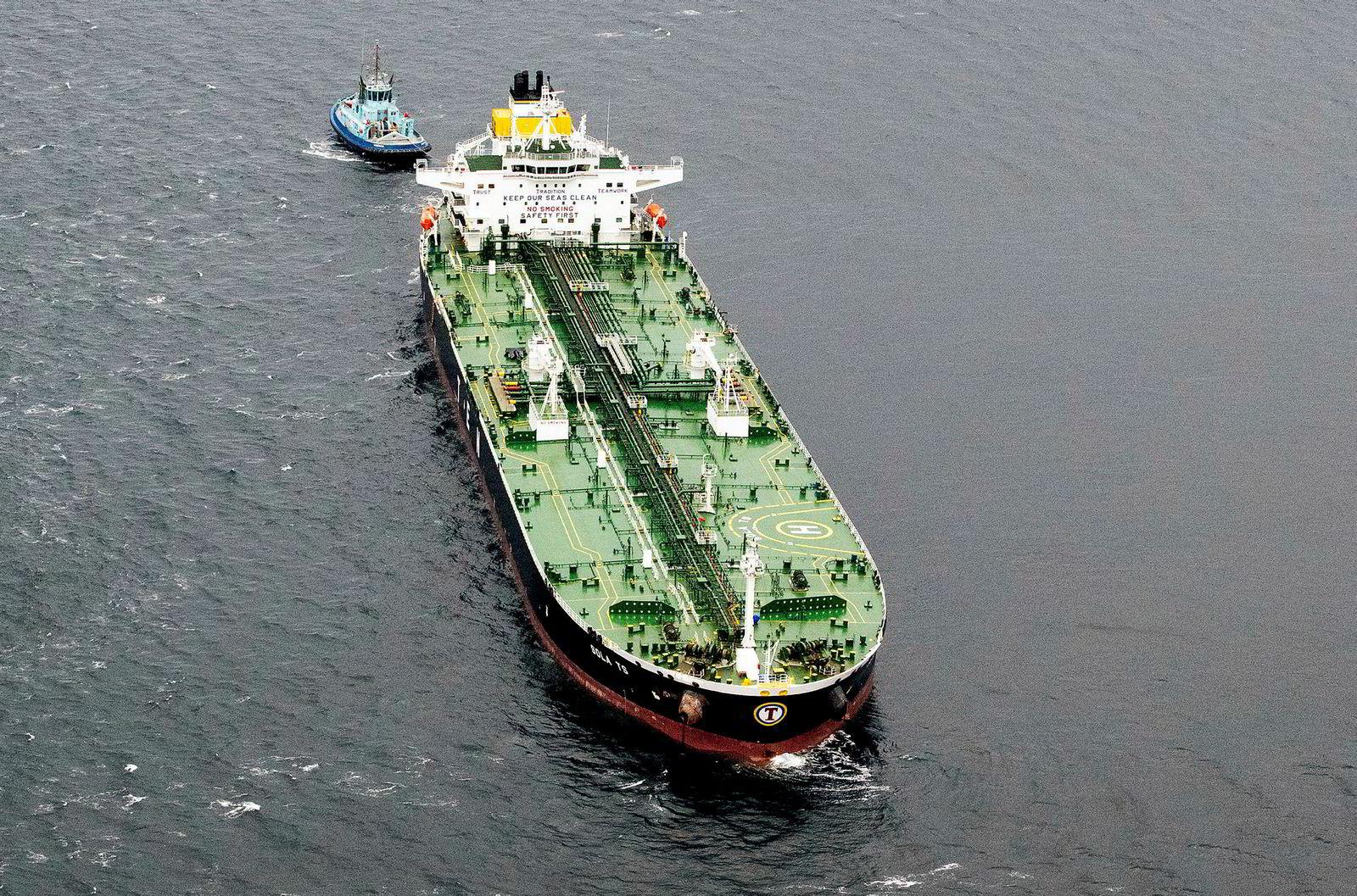 Tankskipet «Sola TS» som den norske fregatten «KNM Helge Ingstad» kolliderte med natt til torsdag, var nærmest uskadet etter sammenstøtet, og skulle ifølge rederiet seile videre lørdag.