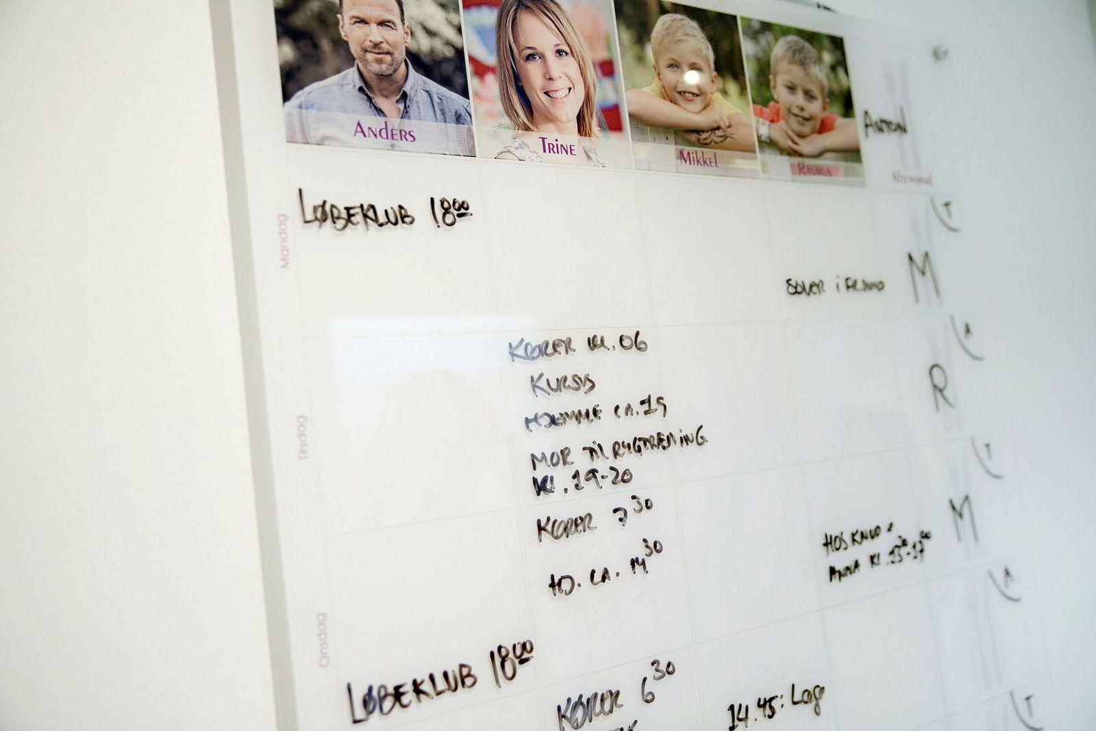 Trine Kolding og familien har en stor tavle i gangen hvor hele familien plotter inn aktiviteter.