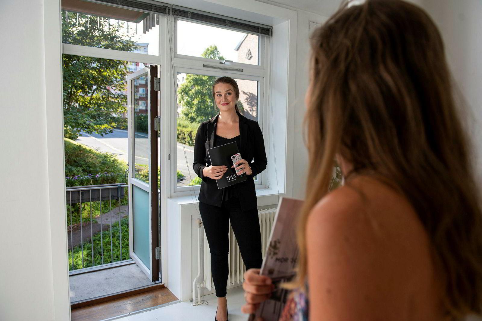 Ihus Megler Eline Tilley viser frem en leilighet på Bjølsen.