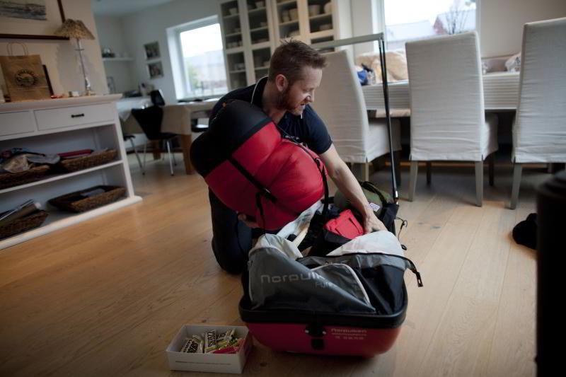 Thor Hesselberg pakker pulken før han tar fatt på skituren på 100 kilometer over Hardangervidda. FOTO: TOMAS ALF LARSEN