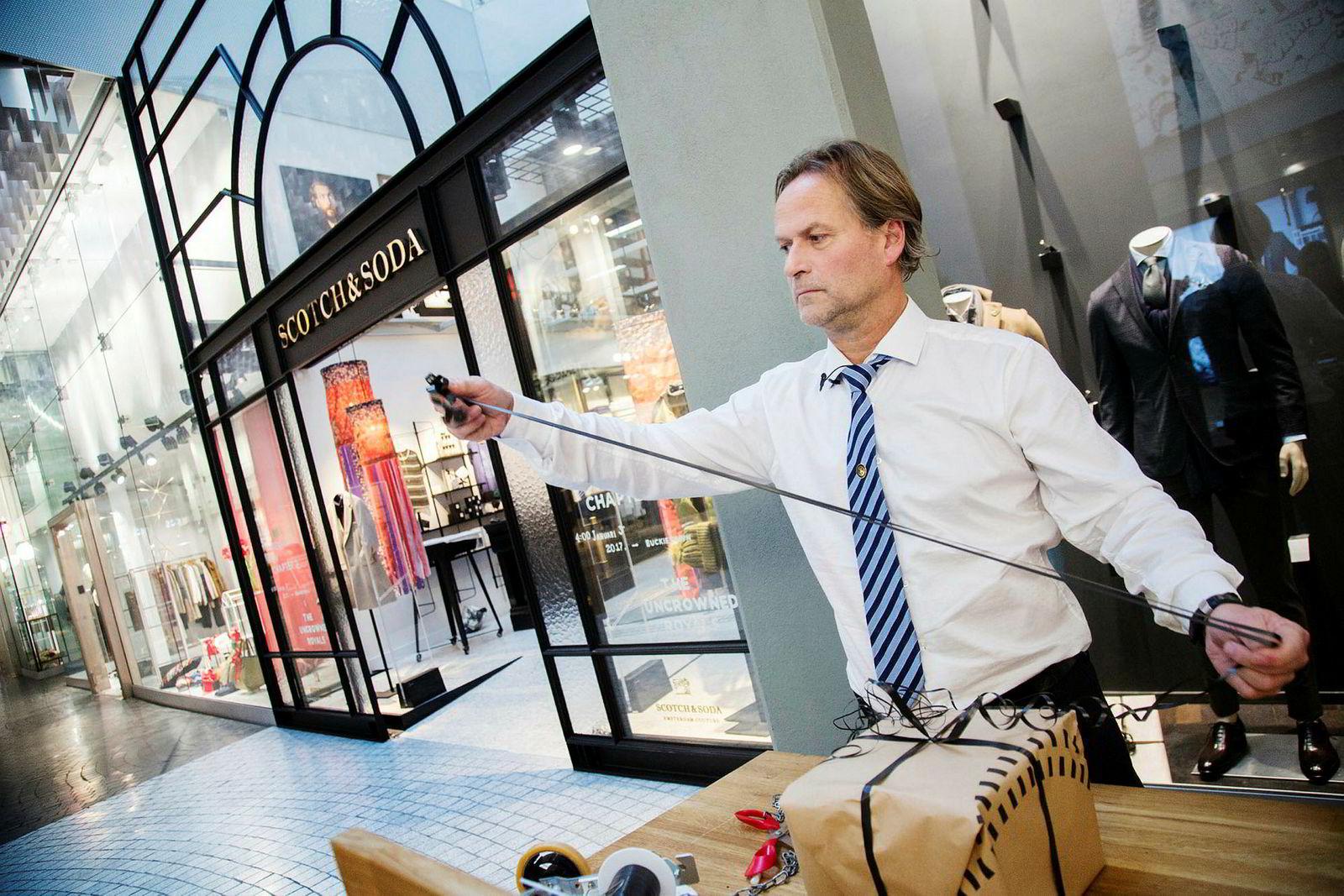 Arnfinn Fagermo pakker inn julegave for en kunde på Aker Brygge.