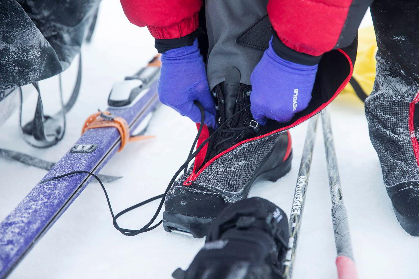 Line Sogn Plassen knyter støvlene på sine fjellskisko før dagens treningstur.