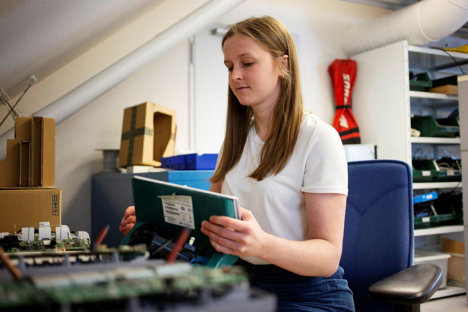 Masterstudent Anniken Wium Lie har sittet mye på datalab og pirket på forskjellige komponenter i boksen som kommuniserer med pacemakere via internett.