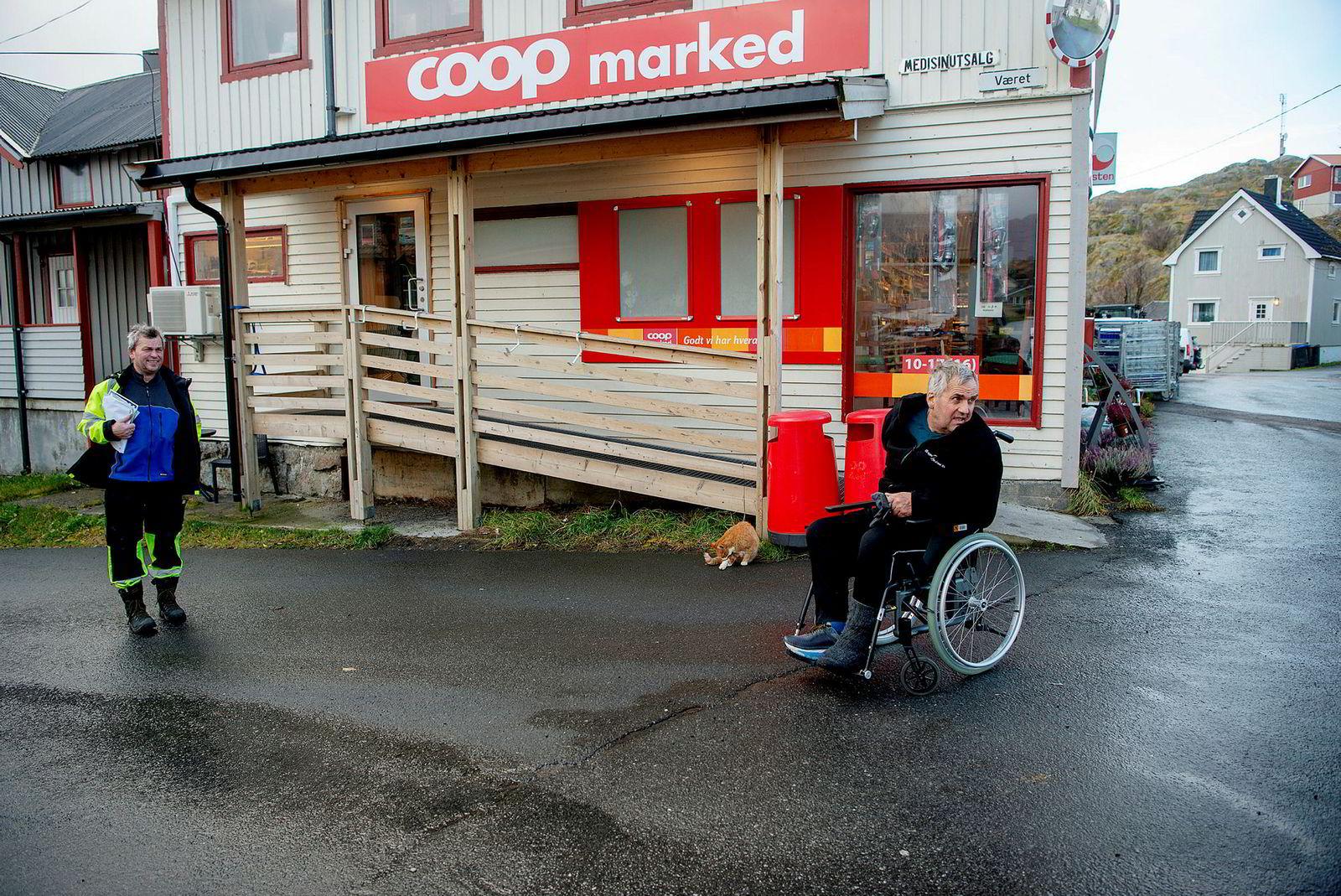 På kaffehjørnet ved samvirkelaget på øya Skrova i Lofoten tar Helge Rishatt (til venstre) og broren Børge Rishatt en pause i arbeidet. Begge har jobbet en mannsalder på Ellingsen Seafood, og får 100.000 kroner hver i julebonus i år.
