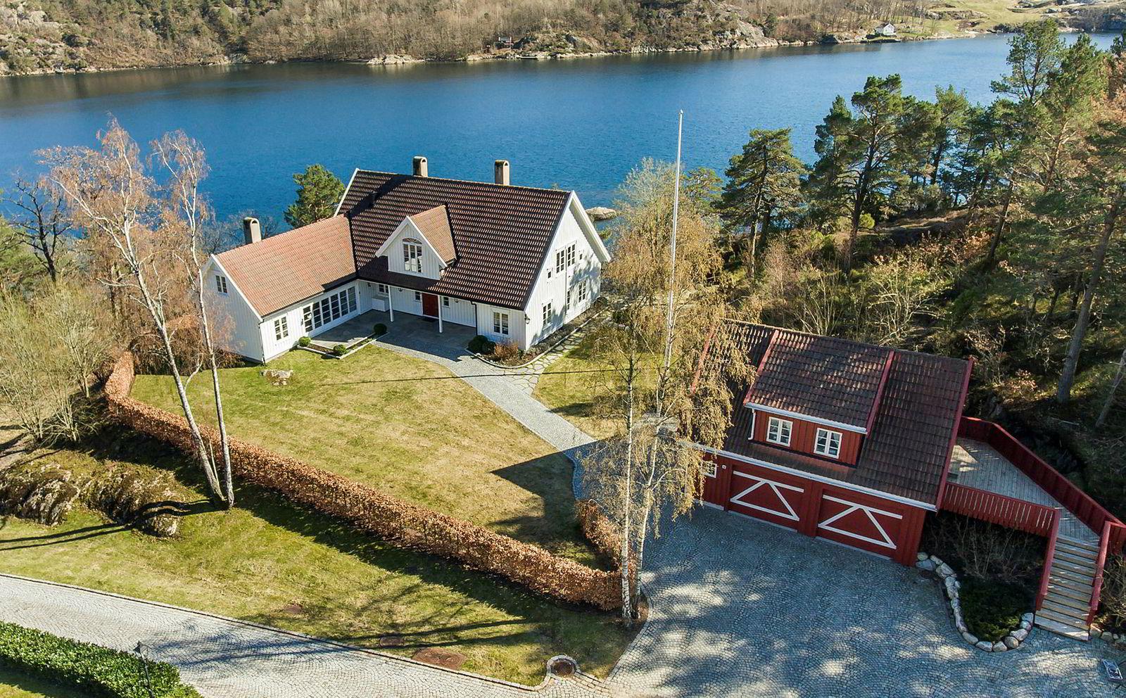 Denne eneboligen på Naxbie utenfor Grimstad ble solgt for over prisantydningen på 7,5 millioner kroner.