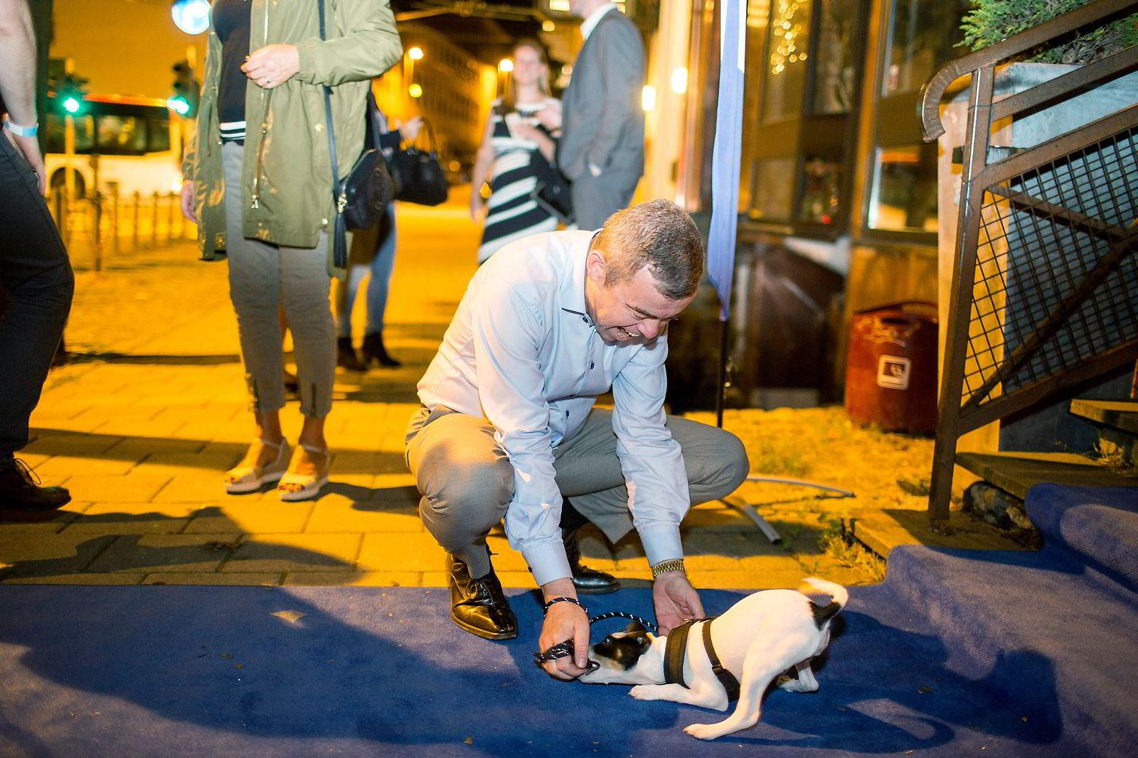 Den henger litt med hodet i kveld, sier Henning Warloe om hunden sin, som er med på Høyres valgvake i Bergen.