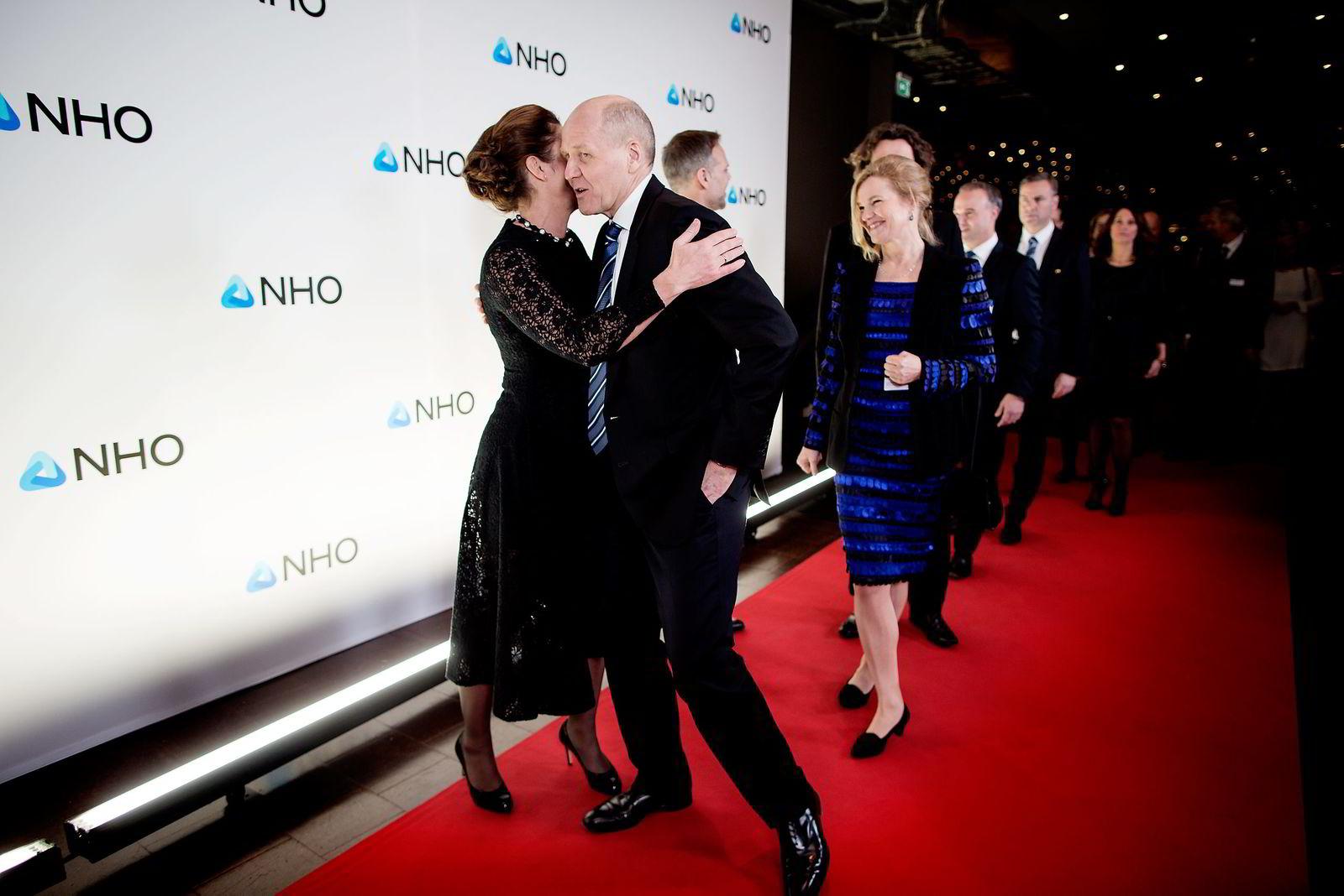 NHOs Kristin Skogen Lund fikk en klem da Sigve Brekke i Telenor ankom festmiddagen i anledning NHOs årskonferanse i Oslo Spektrum torsdag kveld.