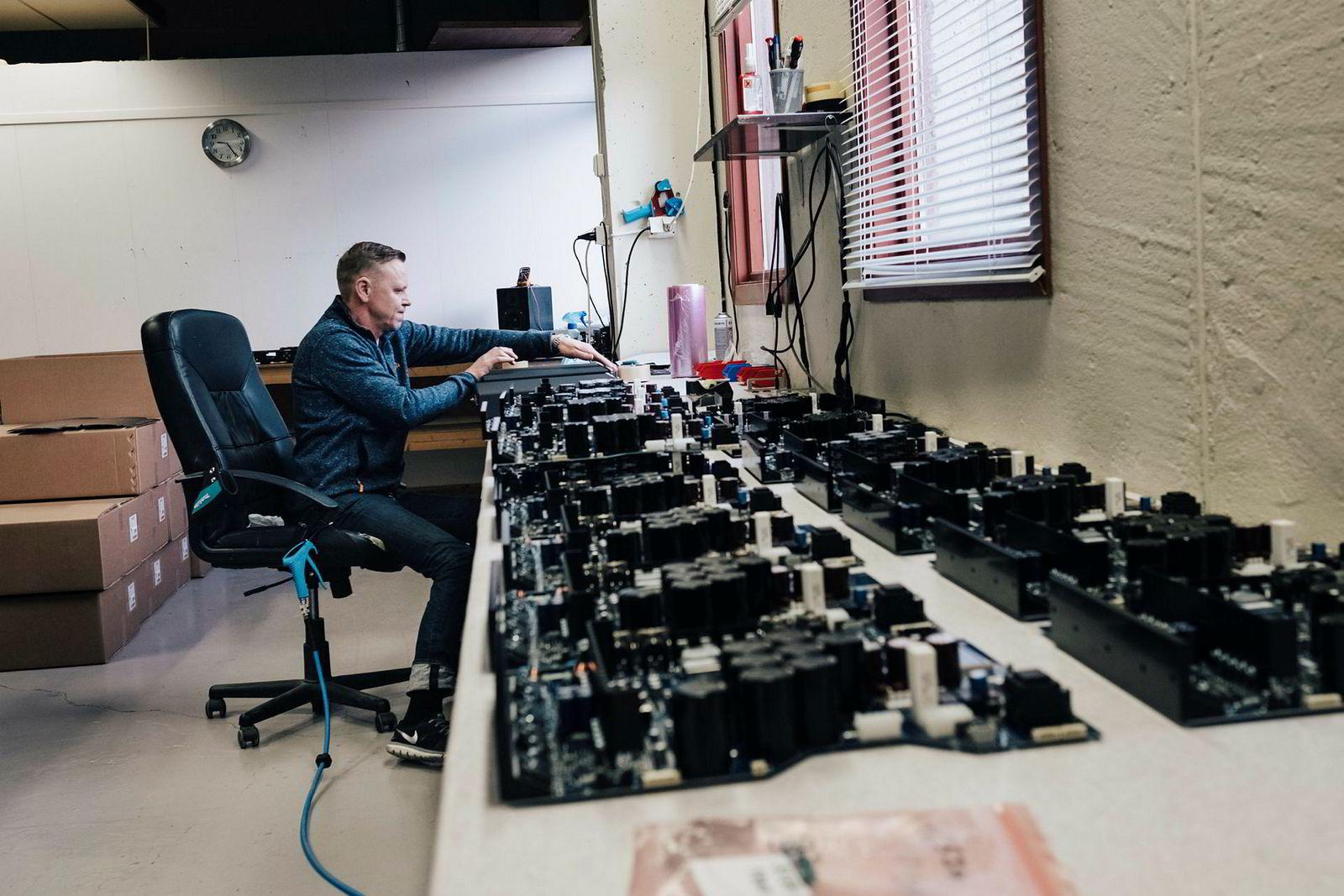 Fortsatt produseres også de tradisjonelle supereksklusive, håndlagede Electrocompaniet-forsterkerne. Valdas Ladauskas fra Litauen har vært ti år i Norge og gjør samme jobben som før fjorårets konkurs.