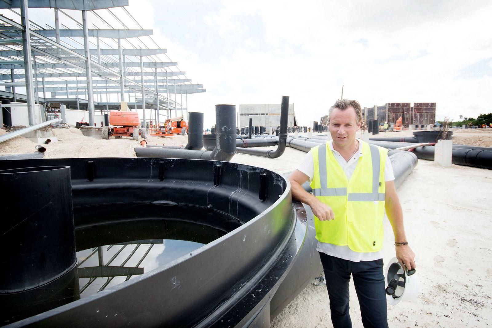 Laksegründer Johan Andreassen i Atlantic Sapphire står ved et av karene i det som blir verdens største laksefabrikk på land. I november settes første lakseyngel ut i anlegget.
