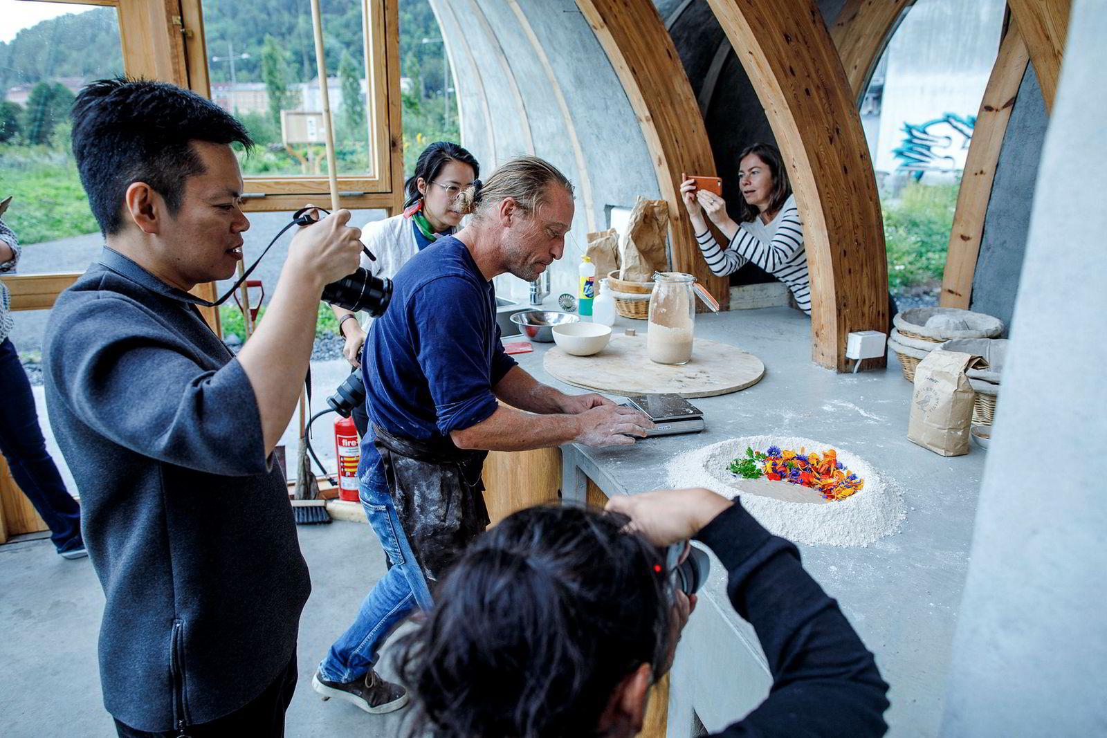 Kameraene går varme når Emmanuel Rang fra Åpent Bakeri (i midten) baker brød med blomster for bloggerne. Fra venstre: Tun Shin Chang, Joann Pai og Mona Konuralp (Innovasjon Norge).