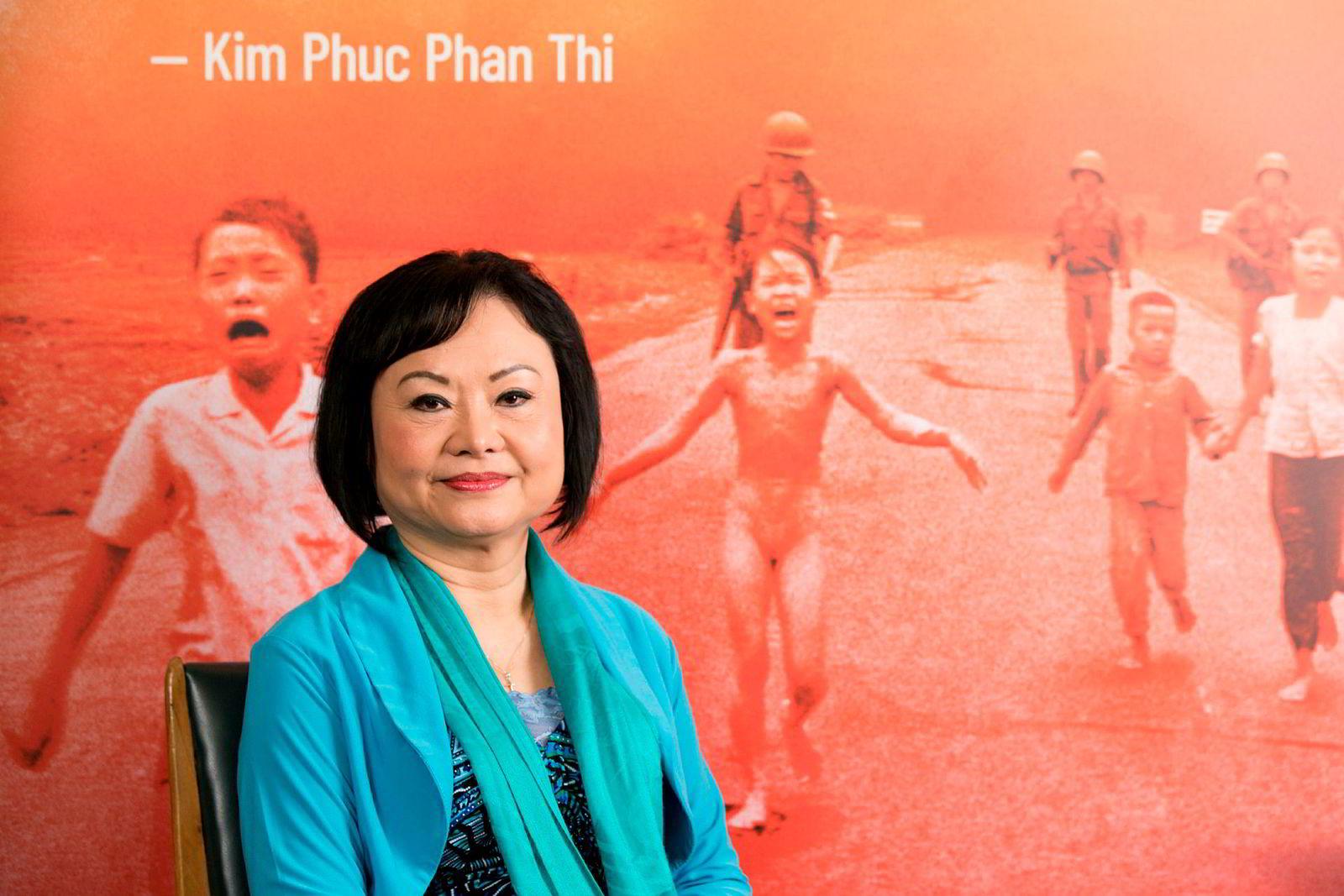 Kim Phuc Phan Thi poserer foran det ikoniske bildet av seg selv som barn i Unescos hovedkvarter i Paris. 47 år etter at fotograf Nick Uts bilde Napalmjenta ble publisert for første gang, er Kim Phuc Phan Thi i Paris i forbindelse med utgivelsen av boken hennes «Sauv e de l'enfer» (Reddet fra helvete), skrevet for å fortelle historien om den åndelige reisen som brakte henne til ro. Kim Phuc Phan Thi ble alvorlig skadet av napalm som ble sluppet over landsbyen hennes under Vietnamkrigen.