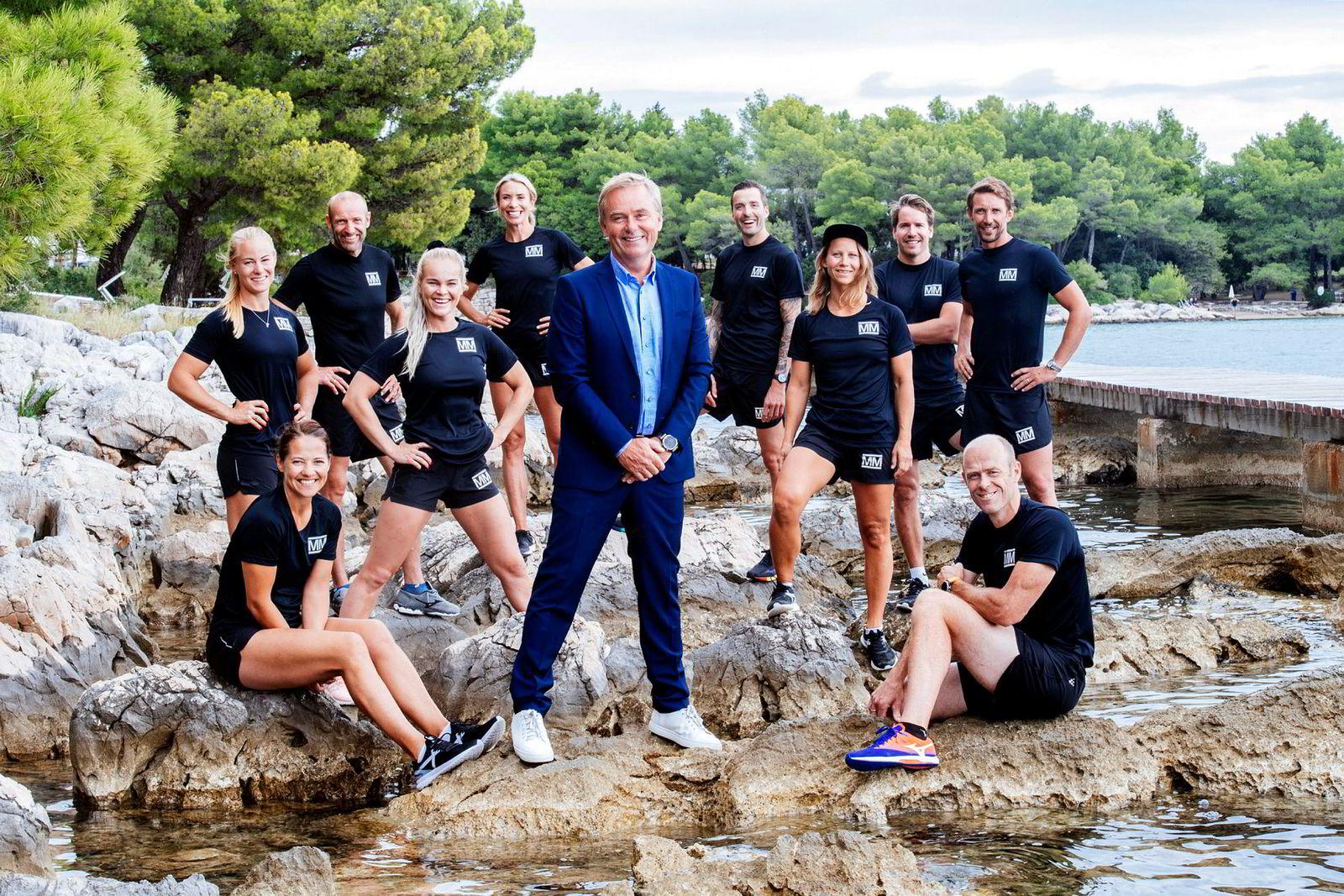 Programleder Dag Erik Pedersen omgitt av deltagerne i «Mesternes Mester».