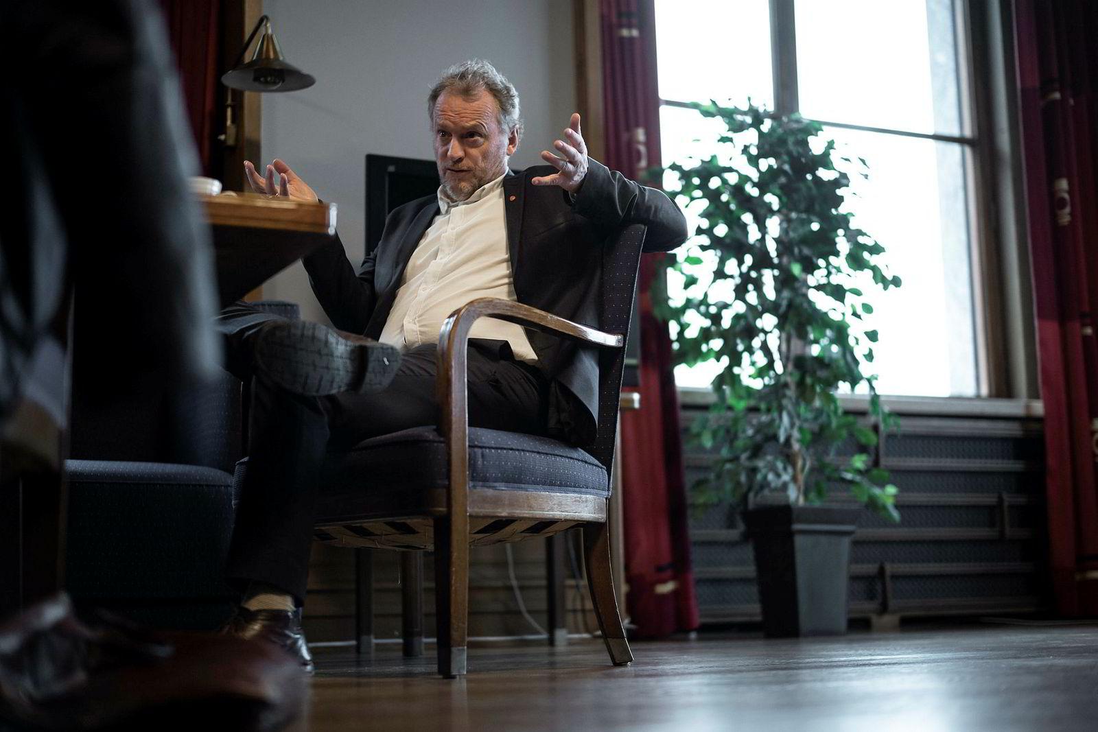 Boliginvestor Ivar Tollefsen har kjøpt flere bygårder i Oslo uten å melde kjøpet til kommunen som i utgangspunktet har forkjøpsrett. Nå vil byrådsleder Raymond Johansen (bildet) kjøpe gårdene tilbake.