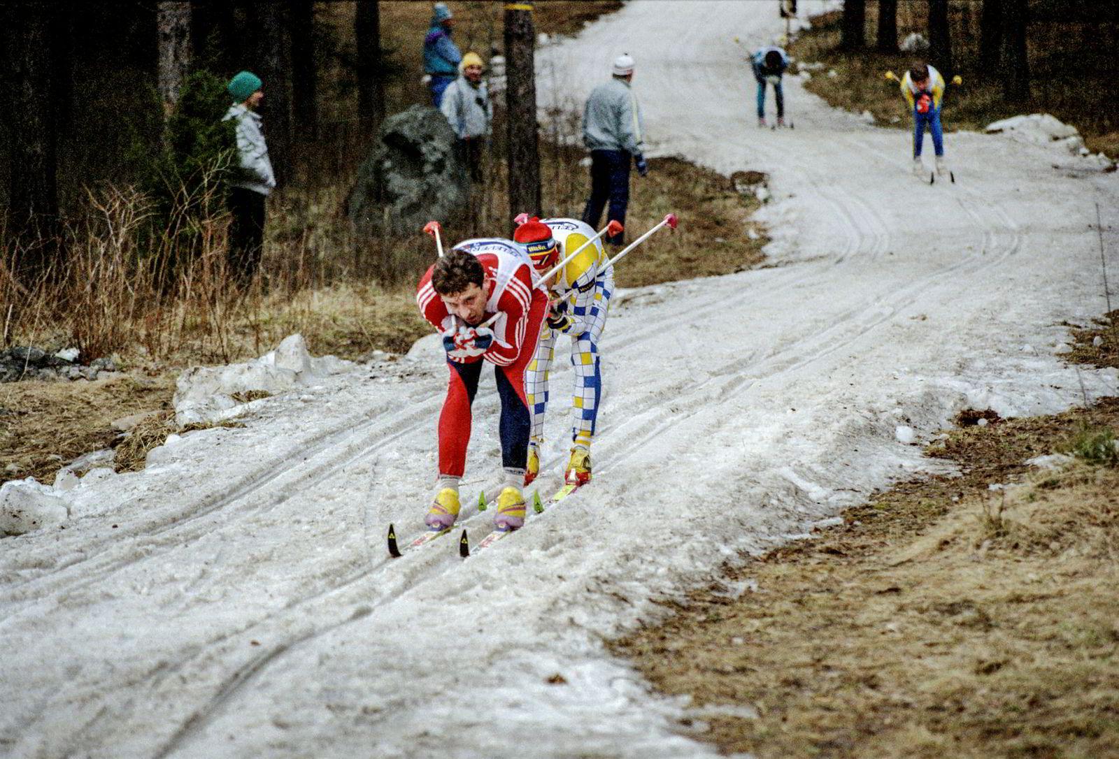 Terje Langli (foran) forteller om blytungt skiføre under tremila i Falun denne dagen i 1989. Han kan ikke huske at han noensinne ble servert mer sørgelig føreforhold. Men løperne likte at det ble renn.