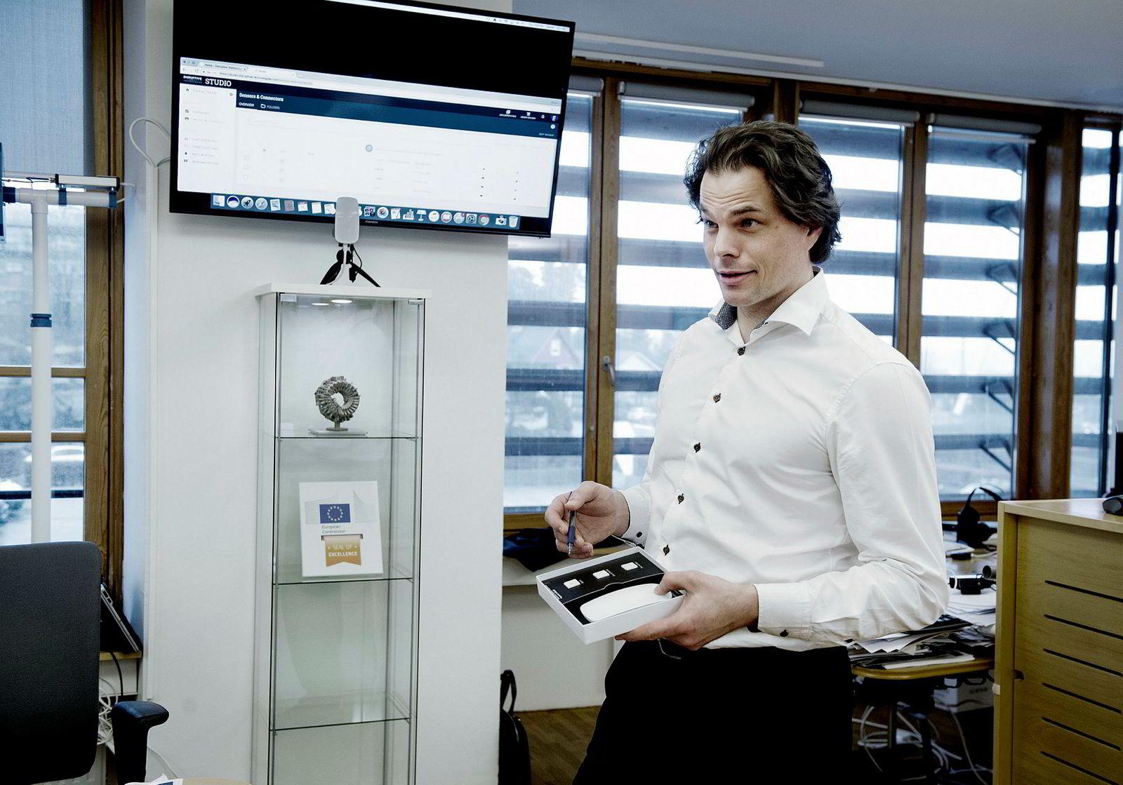 Erik Fossum Færevaag med et testsett bestående av tre sensorer og en mobilsender uten knapper som plugges i veggen. DN fikk henge opp en sensorer i døren, og så skjermen vise om den var åpen eller lukket, samt måle temperatur med en annen sensor.