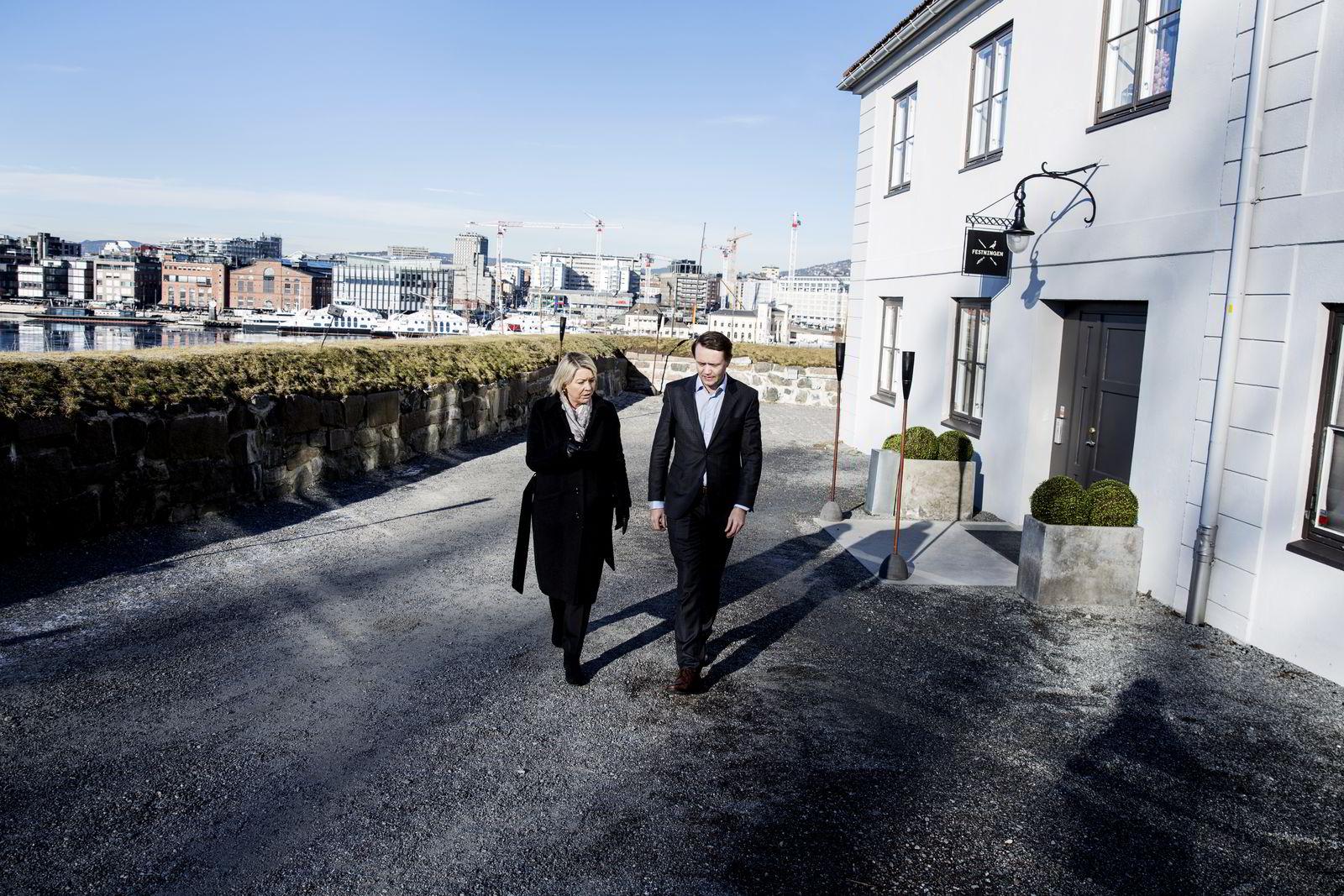 Næringsminister Monica Mæland og Gjøran Sæther i Fursetgruppen i samtale utenfor restaurant Festningen på Akerhus Festning. Foto: Fredrik Bjerknes