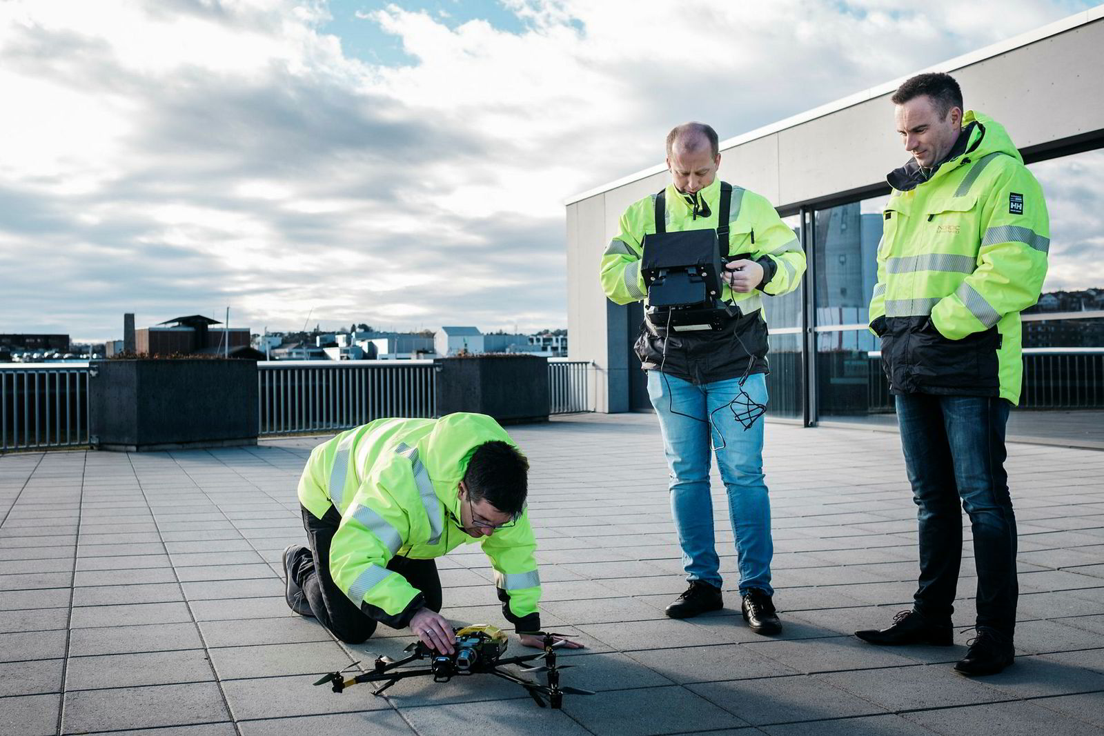 Ernst Morten Aasen (i midten) er droneoperatør og skal offshore for å inspisere en tysk rigg. Her trener han på å fly, sammen med seniorrådgiver Alexander Hatlestad (til venstre) og daglig leder Knut Roar Wiig i Nordic Unmanned.
