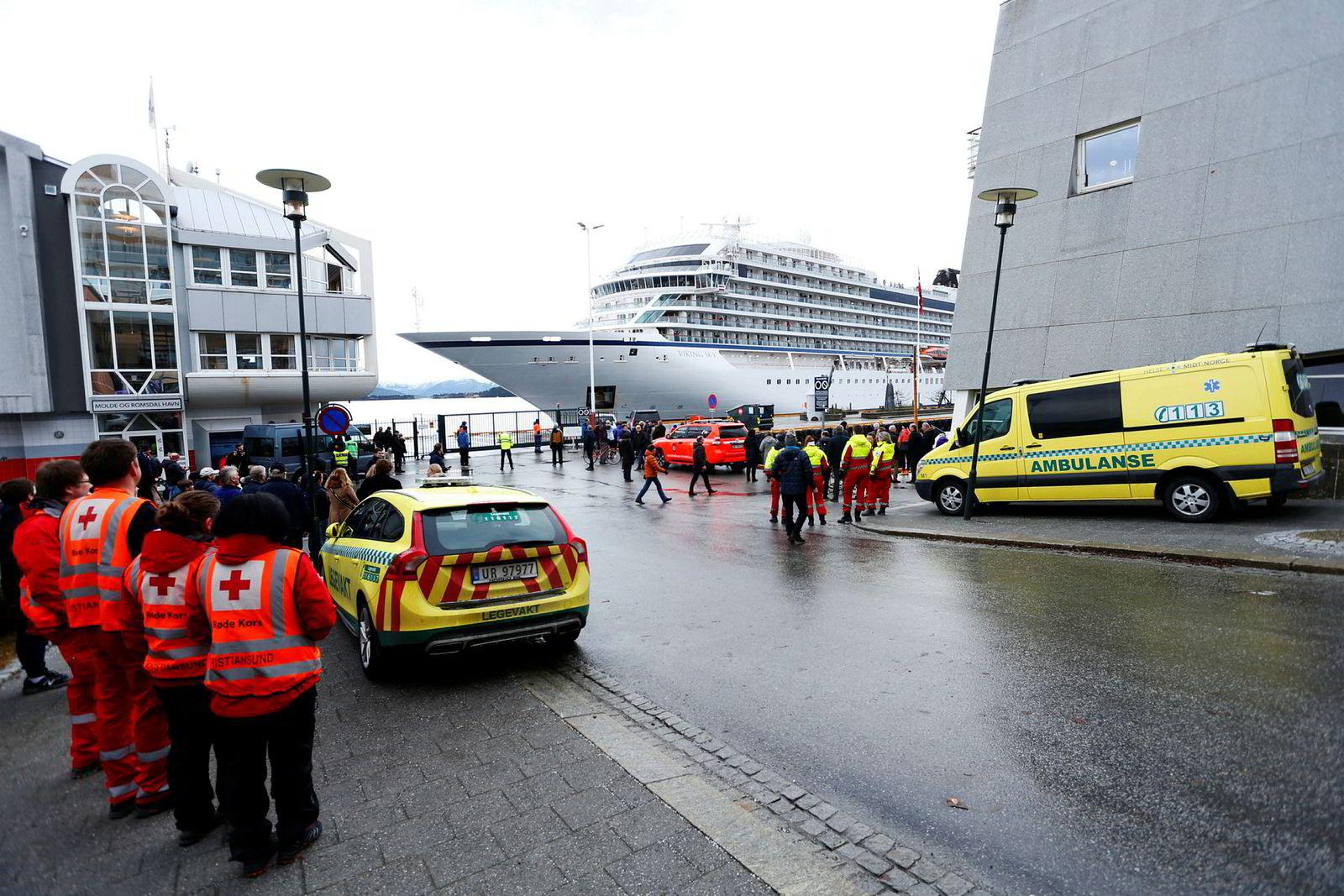 Cruiseskipet Viking Sky ankommer Molde etter problemene som oppsto over Hustadvika i Møre og Romsdal lørdag.