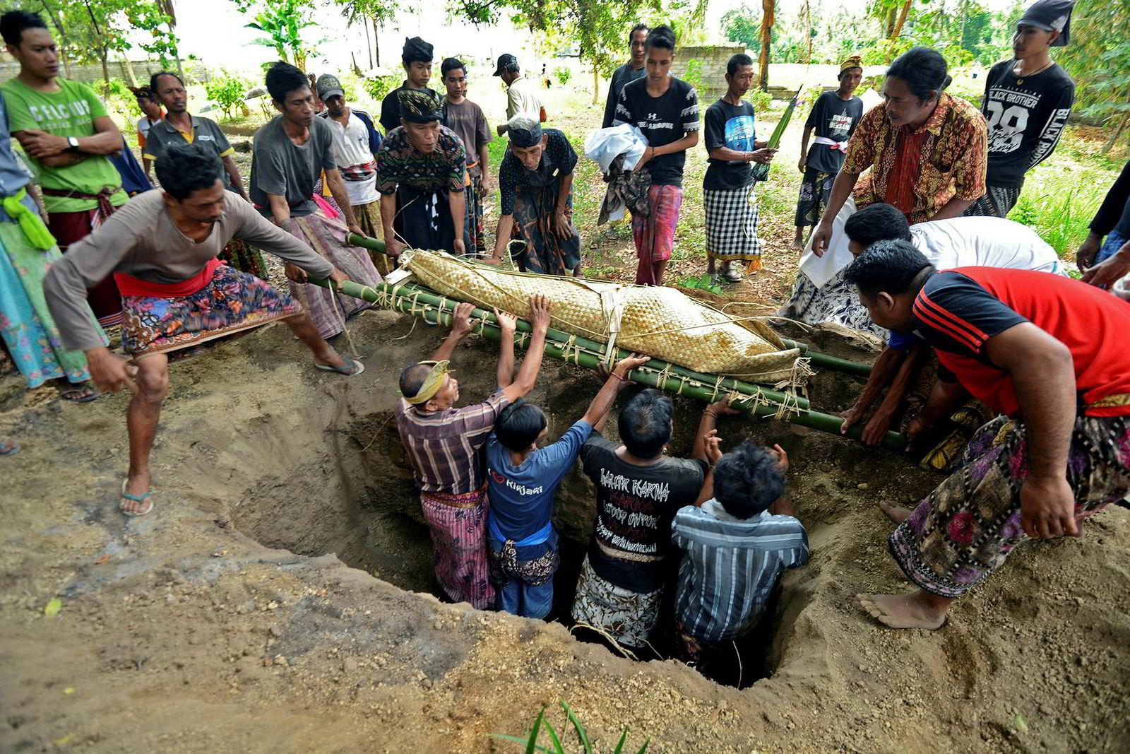 Begravelse av et offer for jordskjelvet i Tanjung, nordlige Lombok.