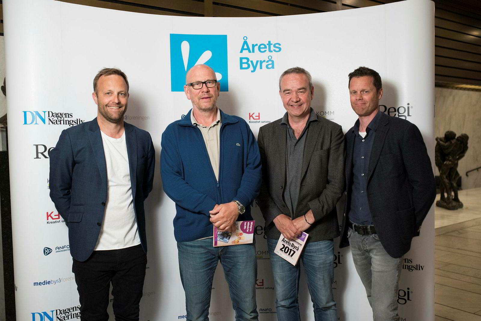 Reklamekongen Kjetil Try kom rett fra legen med forkjølelse, men skulle ha med seg Årets Byrå. Fra venstre: Sindre Beyer, Kjetil Try, Arne Eggen og Kaare Øystein Trædal i TRY.