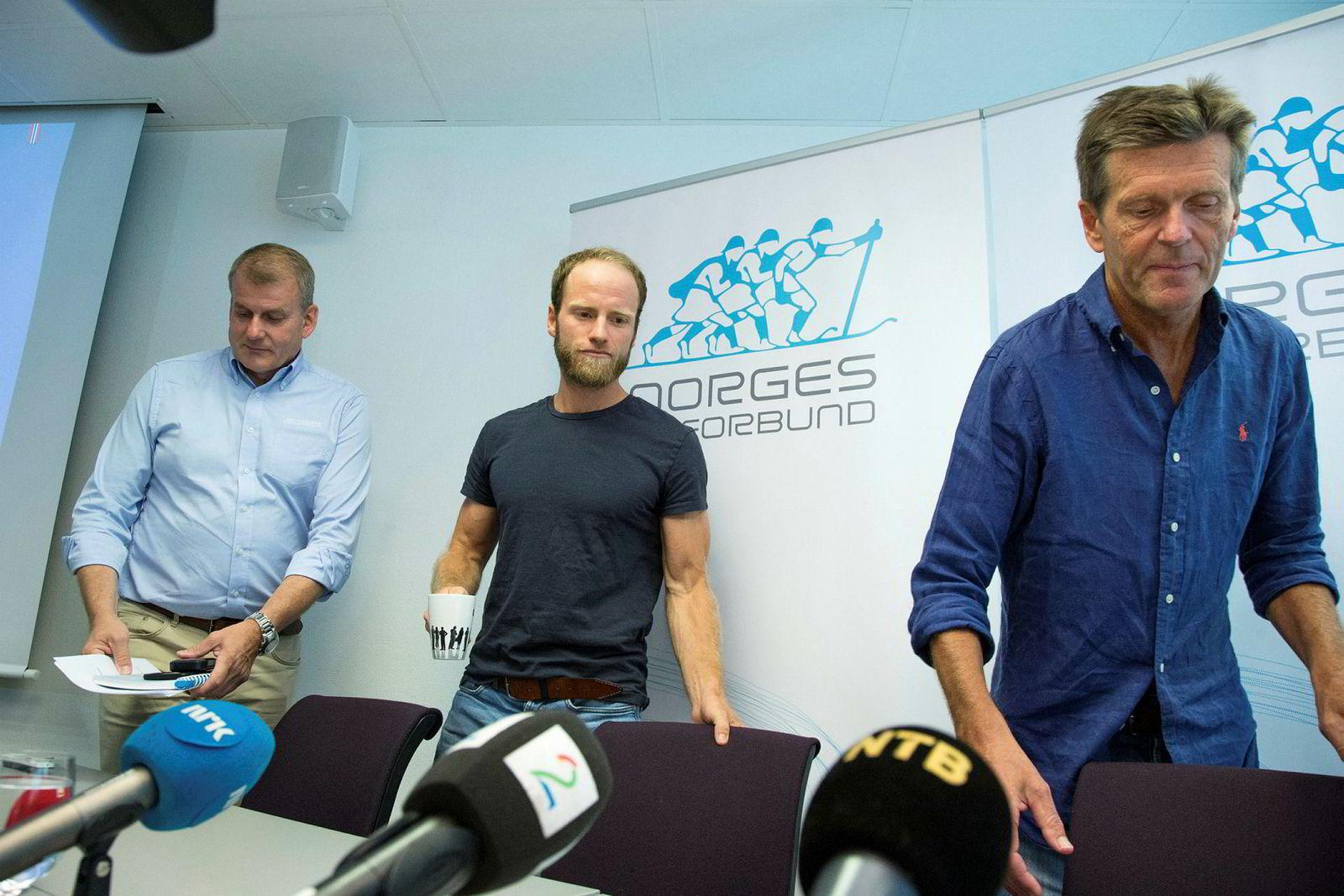 Martin Johnsrud Sundby sammen med skipresident Erik Røste (t.v.), og landslagslege Knut Gabrielsen under Norges Skiforbunds pressekonferanse i sommer da utestengelsen av skiløperen ble offentliggjort.