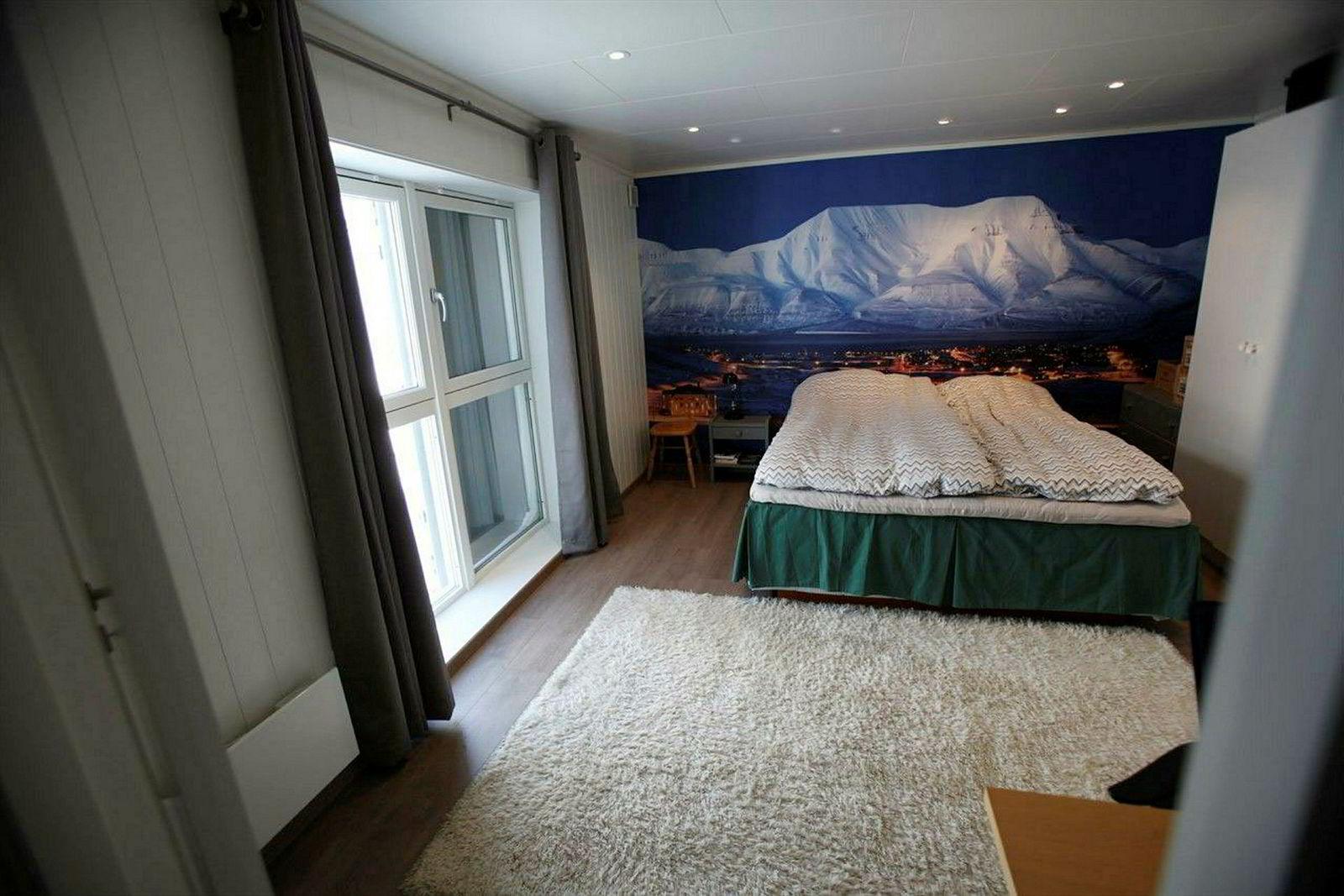 Selv om boligen er innredet med seng på annonsebildene, er det ikke tillatt å sove i boligen før man eventuelt får skaffet botillatelse. Tidligere eier brukte boligen som oppholdssted, men måtte sove et annet sted i Longyearbyen.