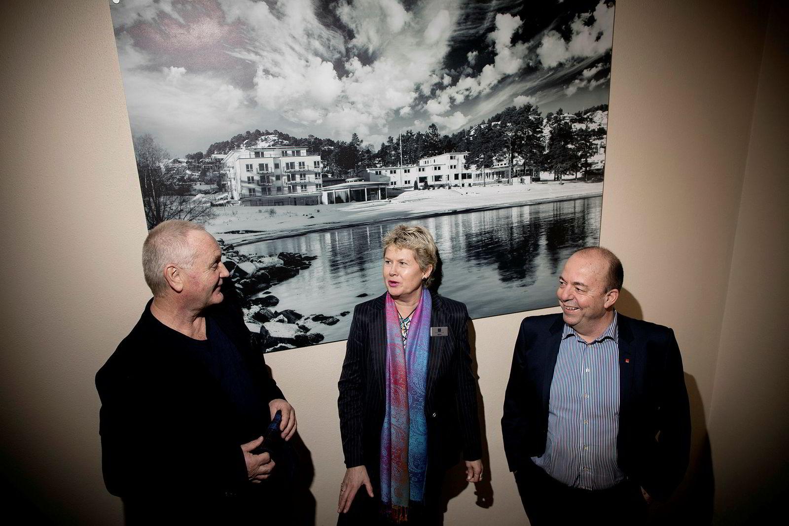 Agnes Berntsen (i midten) går i kompaniskap med eiendomsinvestoren Kurt Mosvold og kjøper Utsikten Hotel i Kvinesdal. Her er hun avbildet i fjor sammen med Erik Berg (til venstre) og Runar Myklebust da hotellkjeden Classic Norway kjøpte hotellet hun hadde drevet gjennom 14 år, Fevik Strand Hotel utenfor Grimstad.
