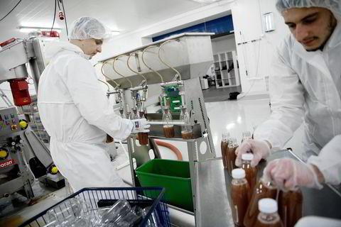 Fra venstre: Dawid Heleniak og Pavlo Pilintsi lager eplejuice av ferske epler.