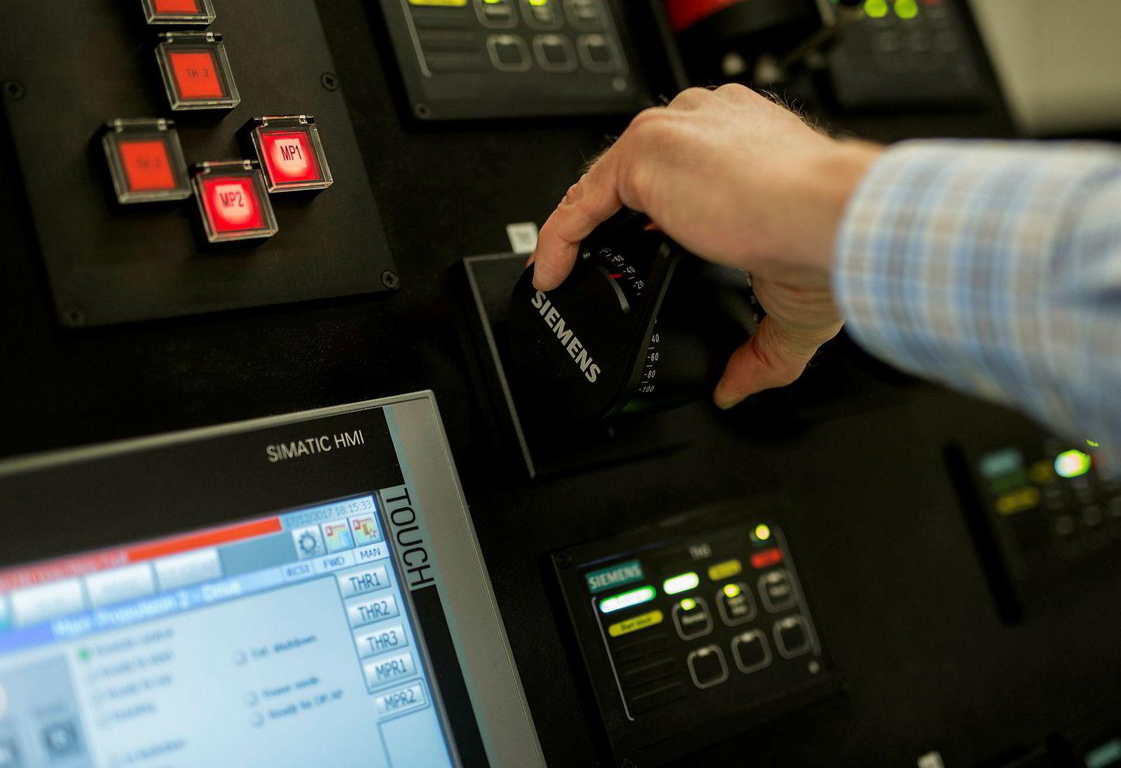 Her er spaker og knapper som på et ekte skip. I kjelleren i Trondheim kan mannskap få opplæring i hvordan de skal betjene de elektriske fartøyene.