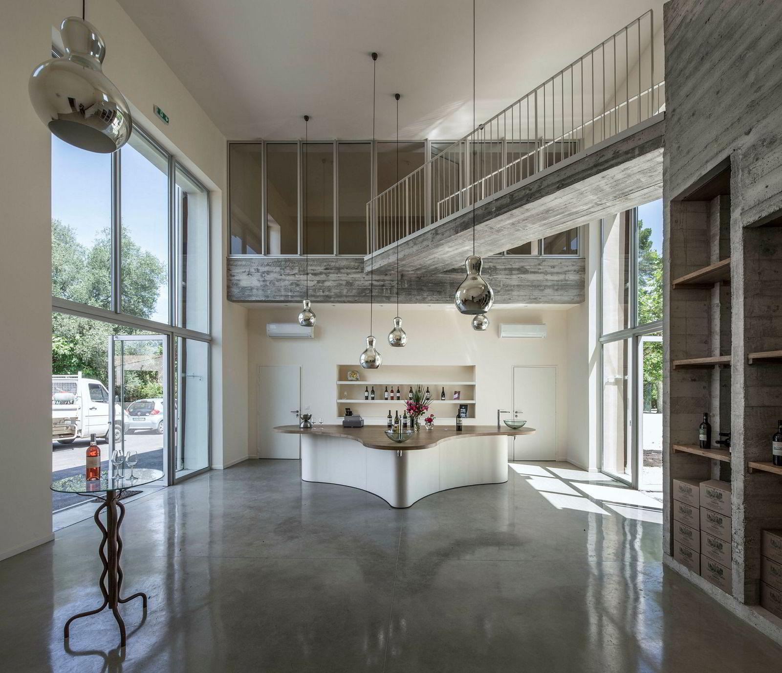 Kjøkkenet er topp moderne med store vinduer på begge sider.