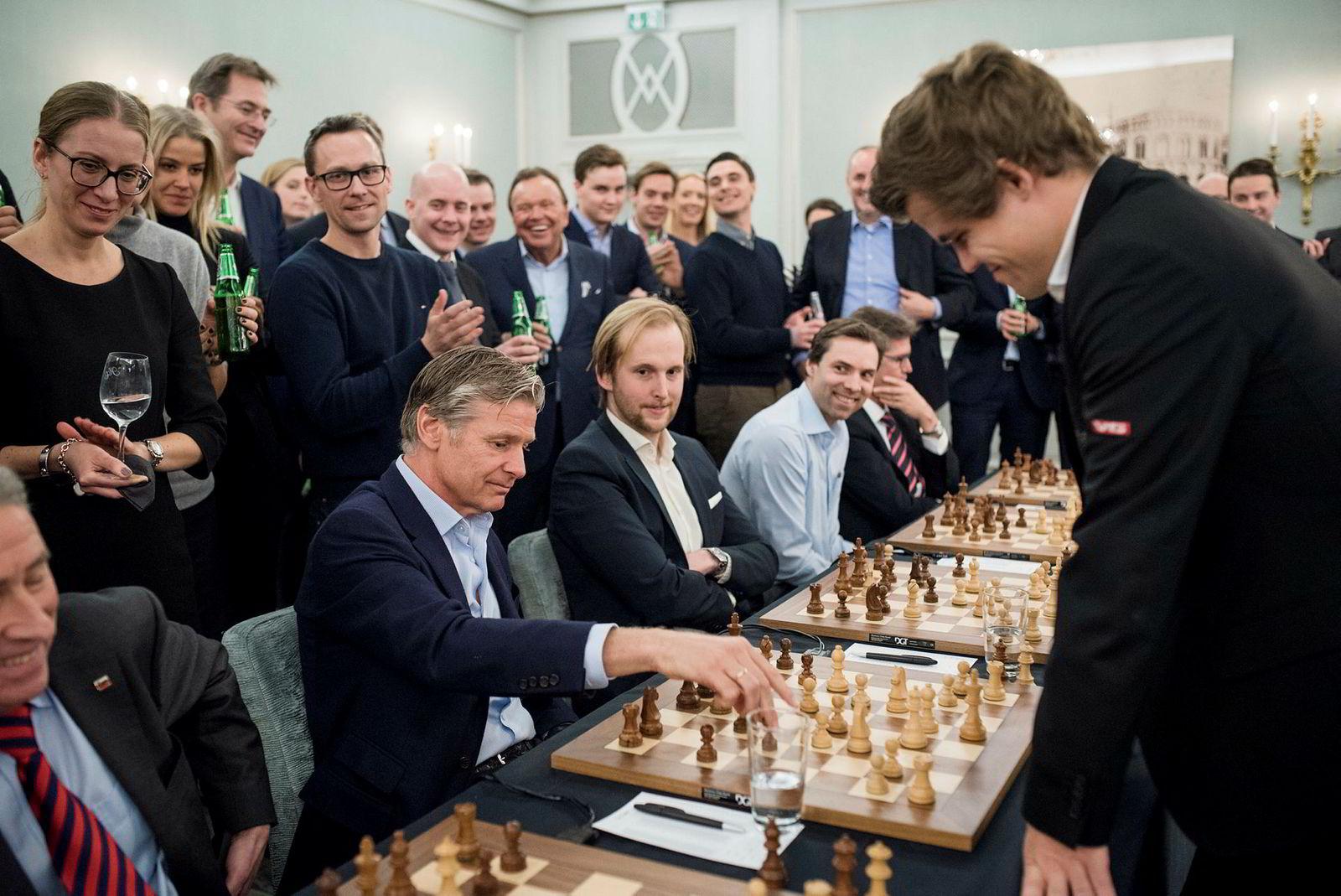 Eiendomsinvestor Edgar Haugen møtte verdensmester i sjakk Magnus Carlsen under et arrangement av Carlsens sponsor Arctic Security.