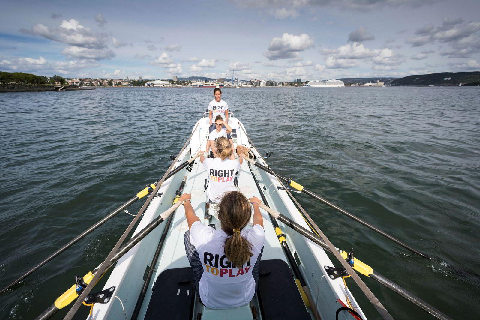 Rowegians på vei ut fjorden med Oslo i bakgrunnen. Lengst vekk Sophie Stabell, deretter Hege Svendsberget, Cornelia Bull og Camilla Bull.