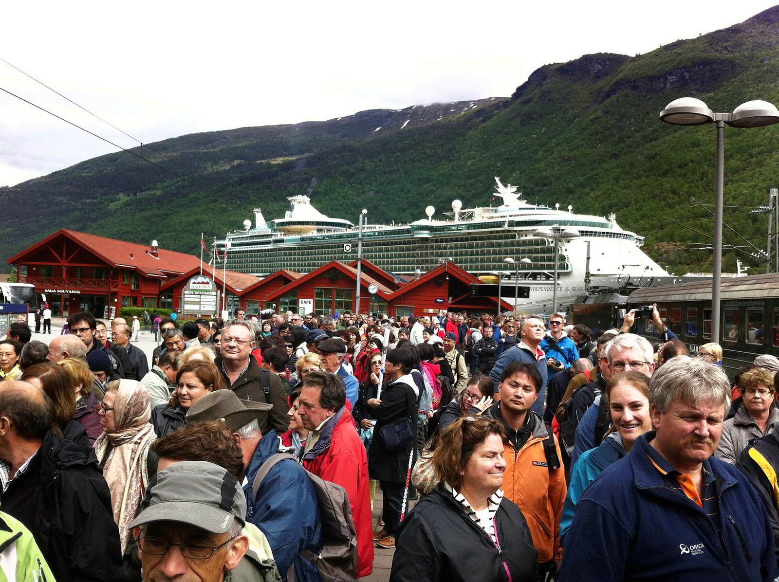 En helt vanlig julidag i Flåm, bygda i Aurland kommune i Sogn og Fjordane fylke med snaut 400 fastboende og en kvart million cruiseturister i løpet av noen korte sommeruker.
