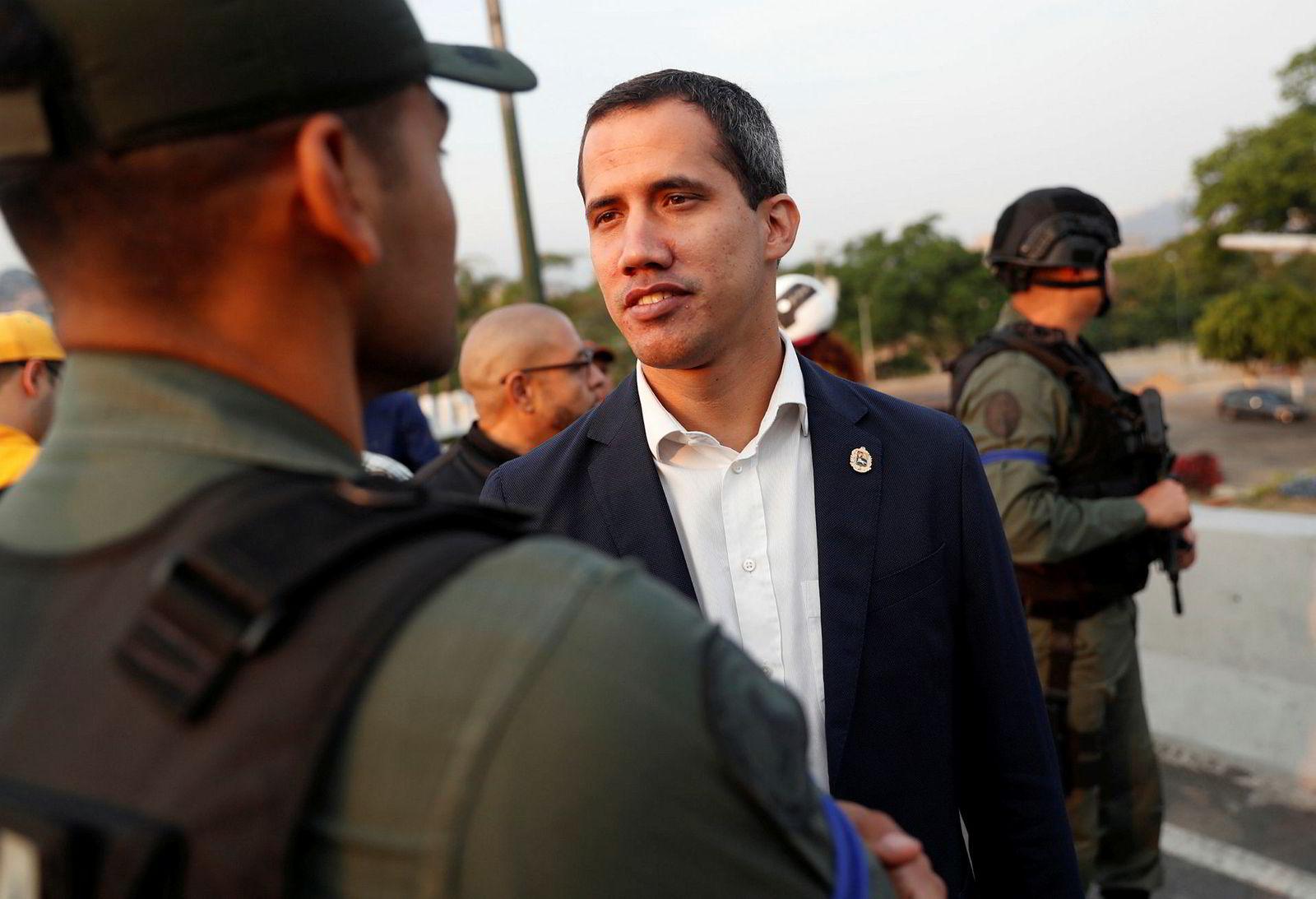 Opposisjonsleder Juan Guaidó poserer tirsdag med soldater.